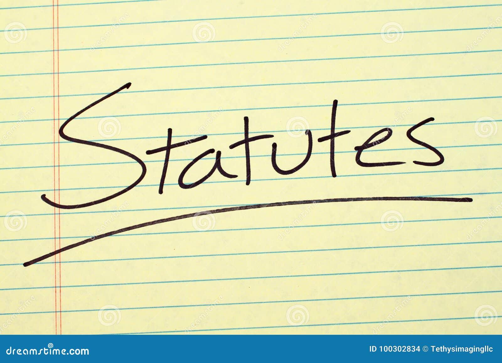 Statuti su un blocco note giallo