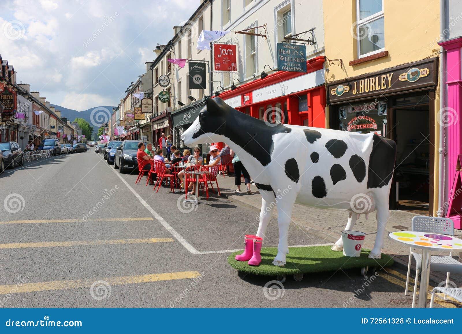 Statuto di una mucca macchiata in bianco e nero, Dingle, Irlanda