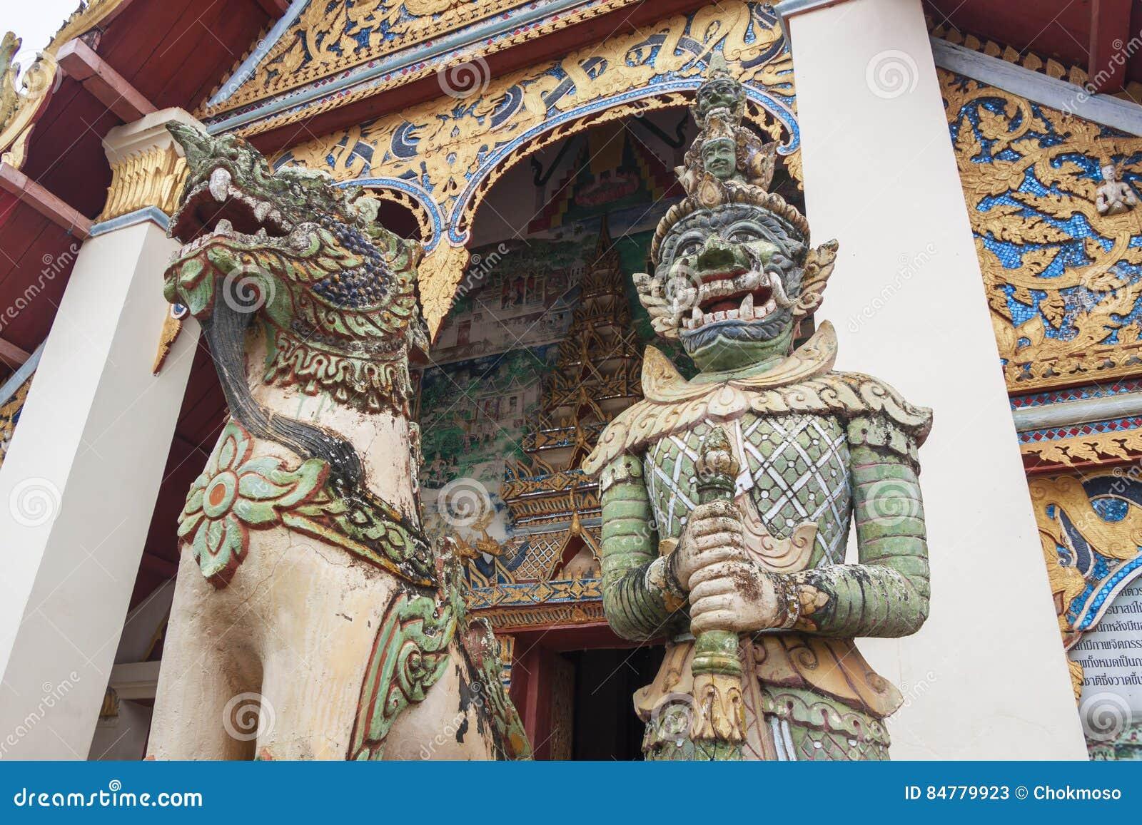 Statuy gigantyczna świątynia