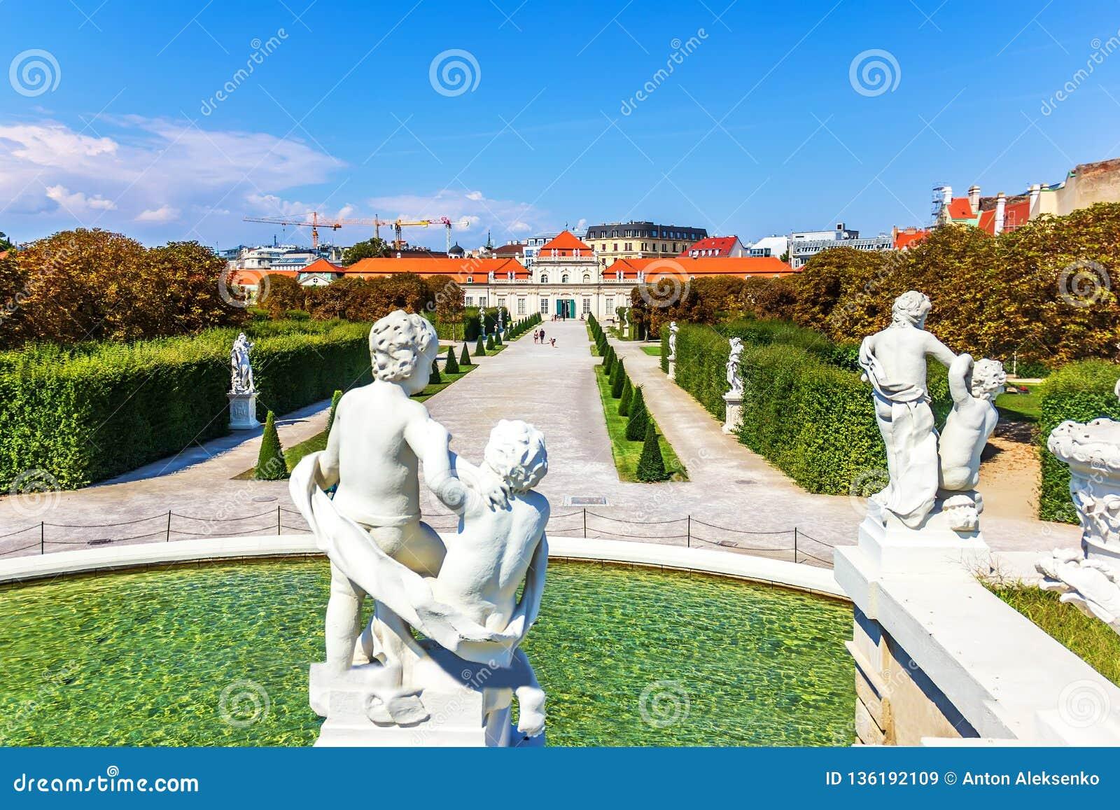 Statuy na fontannie i widok na Obniżałem belwederu pałac, Vien