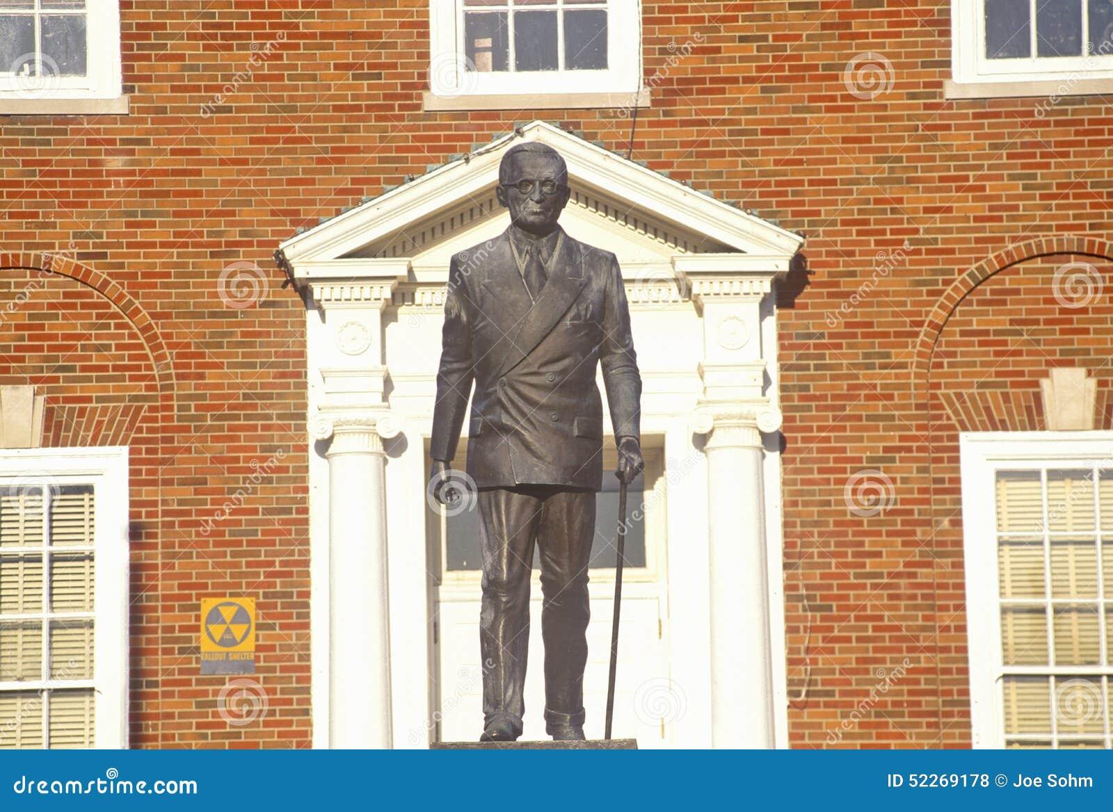 Staty av Harry S Truman framme av Jackson County Courthouse, självständighet, MO