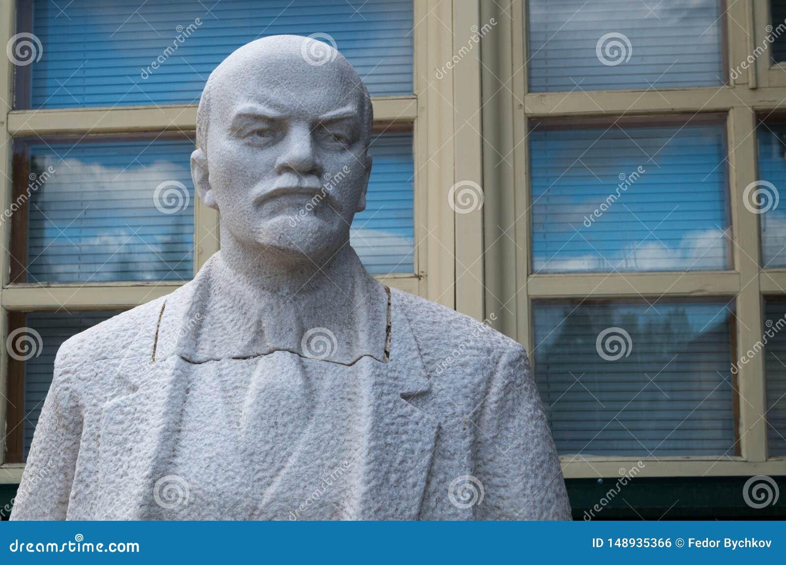 Staty av Lenin i murbruk