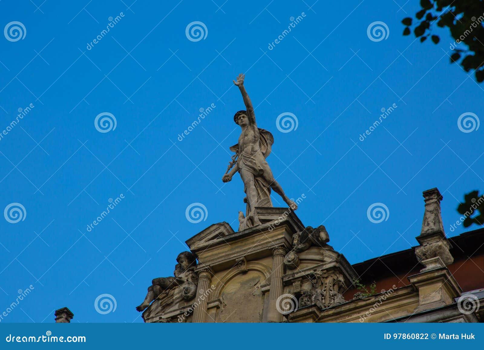 Staty av Mercury - ett viktigt romerskt gudanseende på en byggnadsfasad