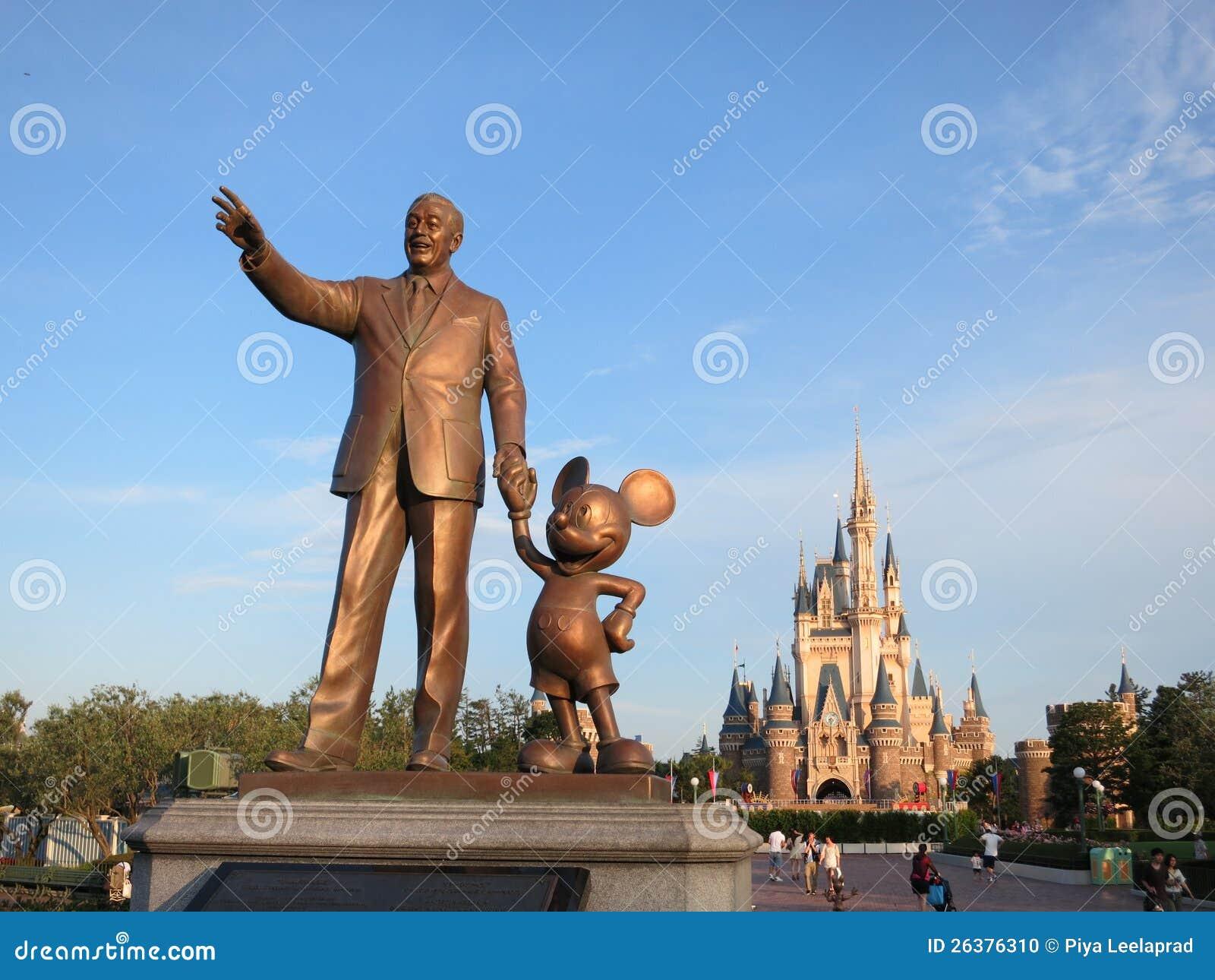 Staty av Walt Disney och den Mickey musen