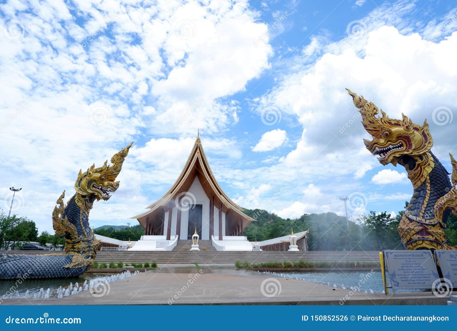 Staty för två Naga, konung av nagasormdjuret i buddistisk legend och moln för blå himmel i bakgrund på dhammayan wat, Thailand