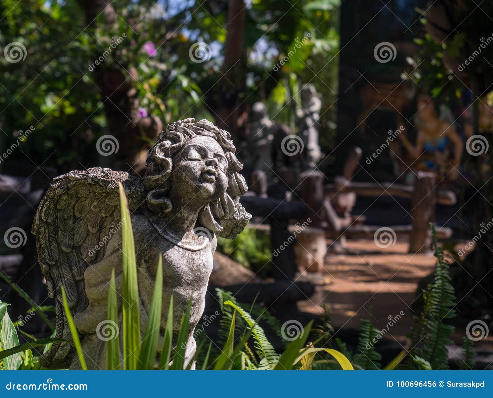 Staty för vinkel för cement för berlock för Closeuptappning härlig i garden