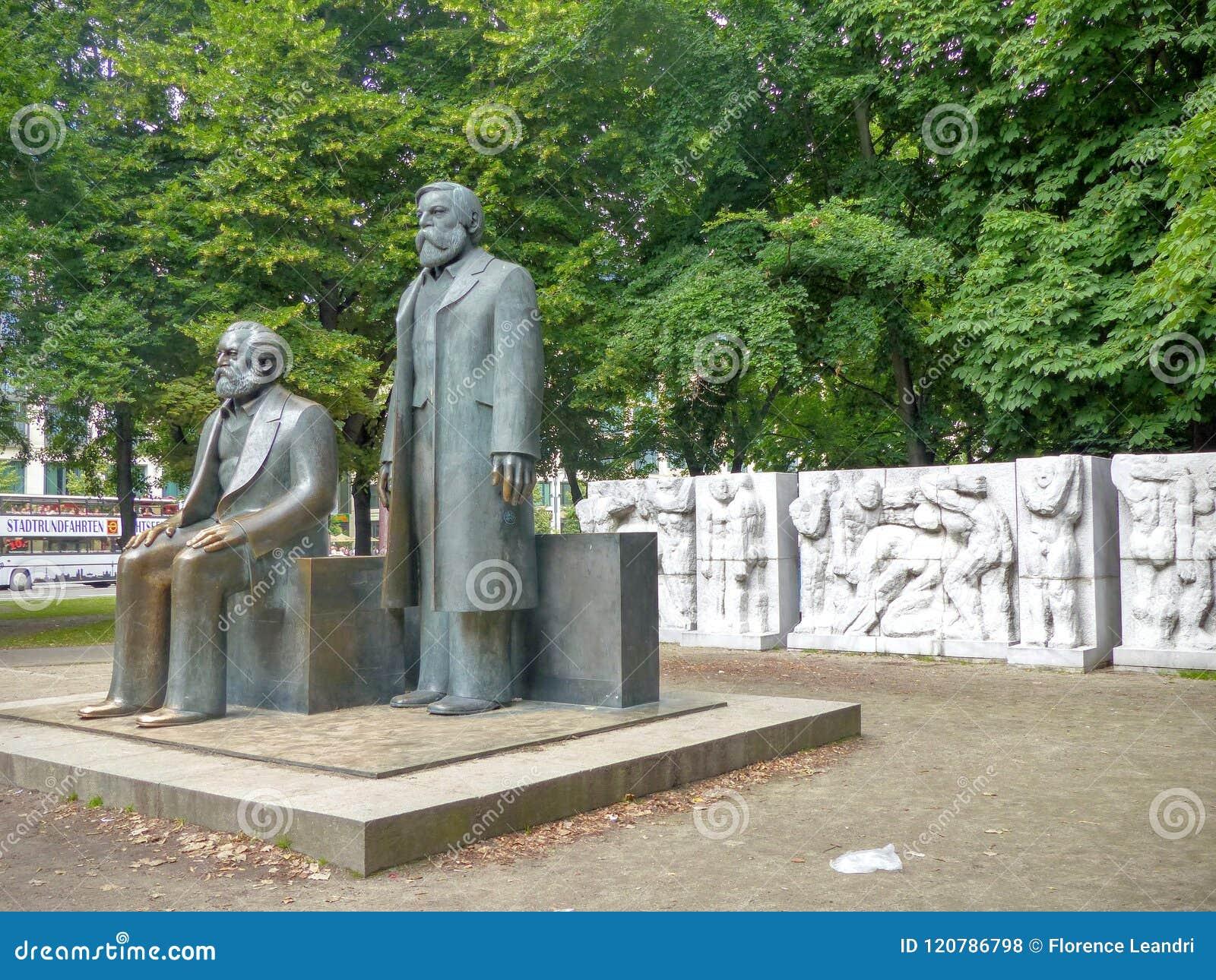 Statyer av Karl Marx och Friedrich Engels till Berlin som ses i profilen, Tyskland