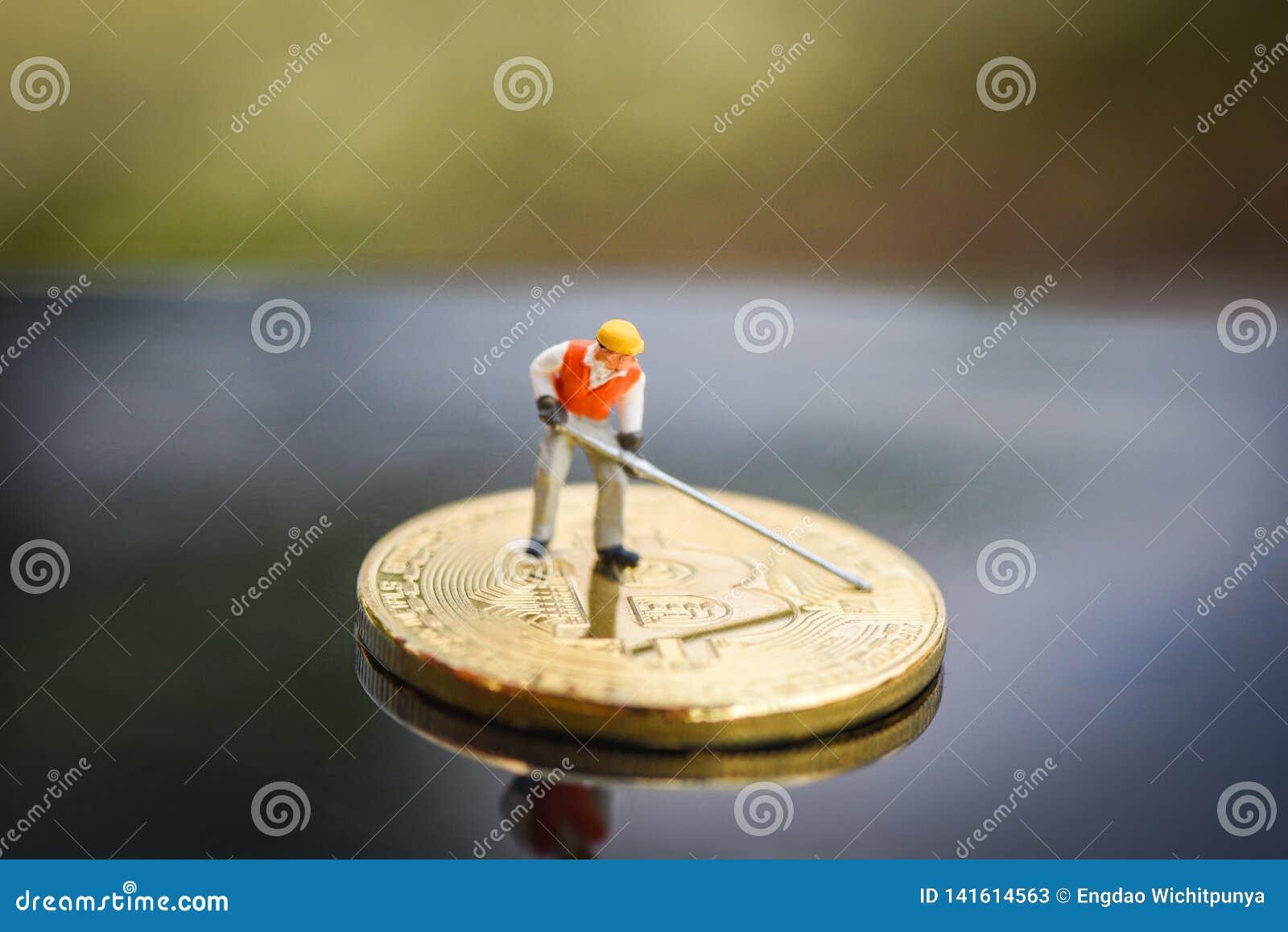 Statyetter som arbetar bryta Bitcoin guld- gräva faktisk cryptocurrencybitcoin som bryter begrepp