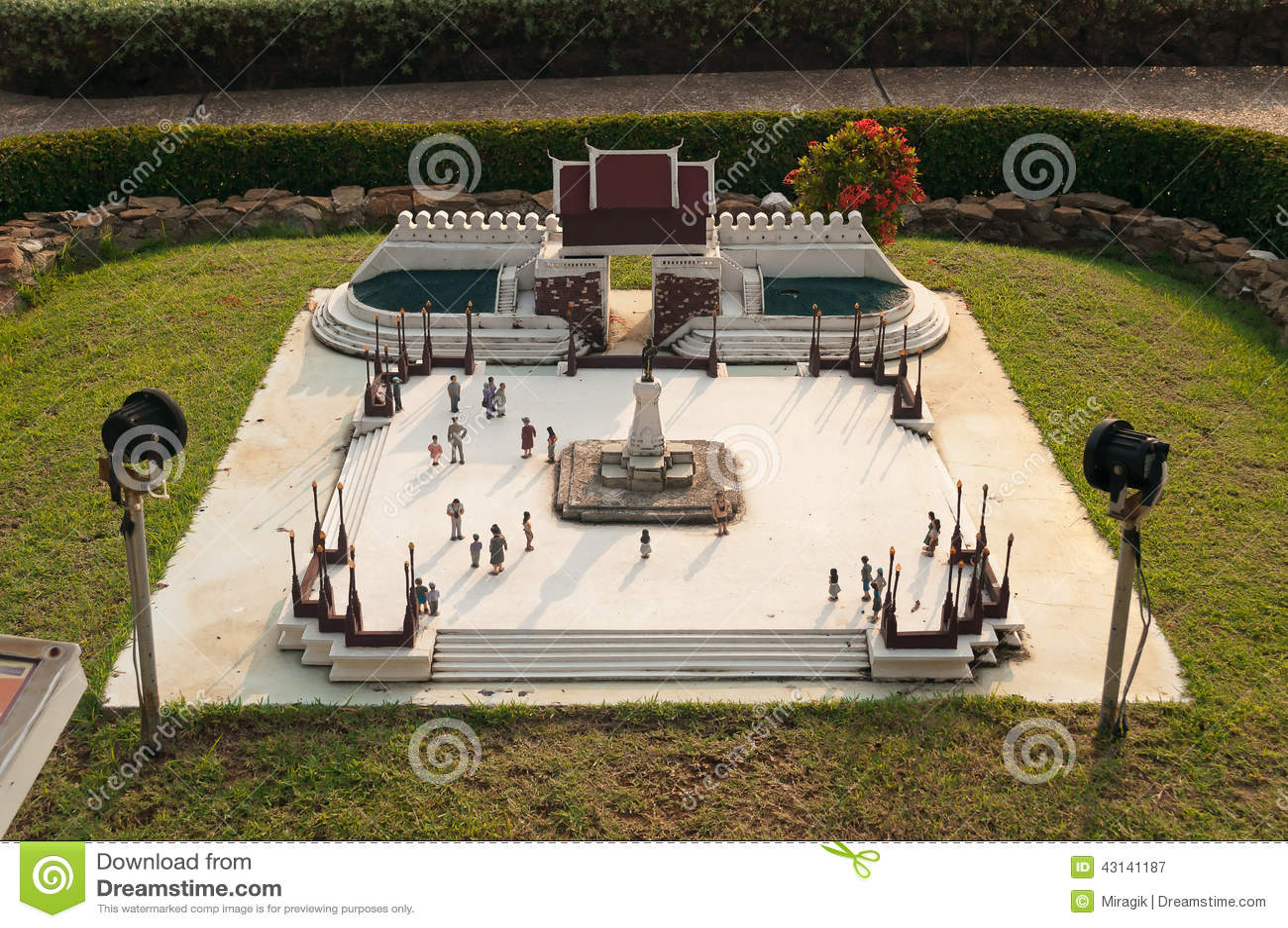 Statyn av konungen Buddha Yodfa Chula Lok Maharacha Monument i Mini Siam Park