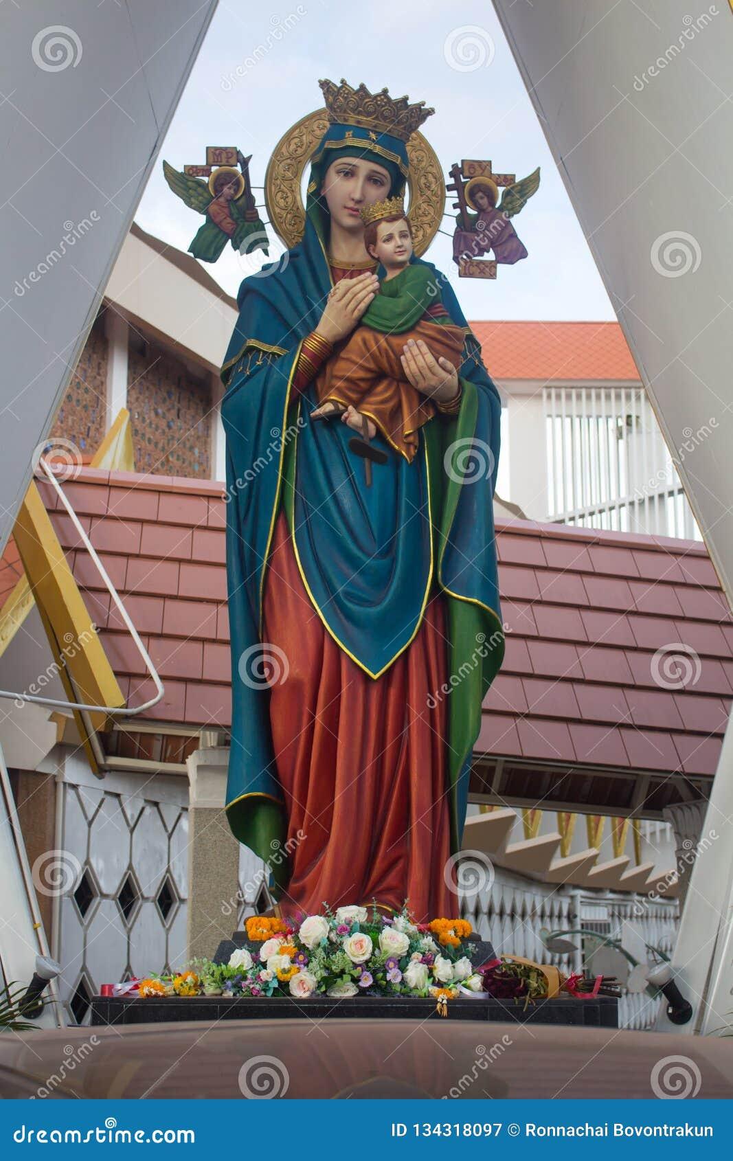 Statyn av madonnan med barnet framme av kyrkan
