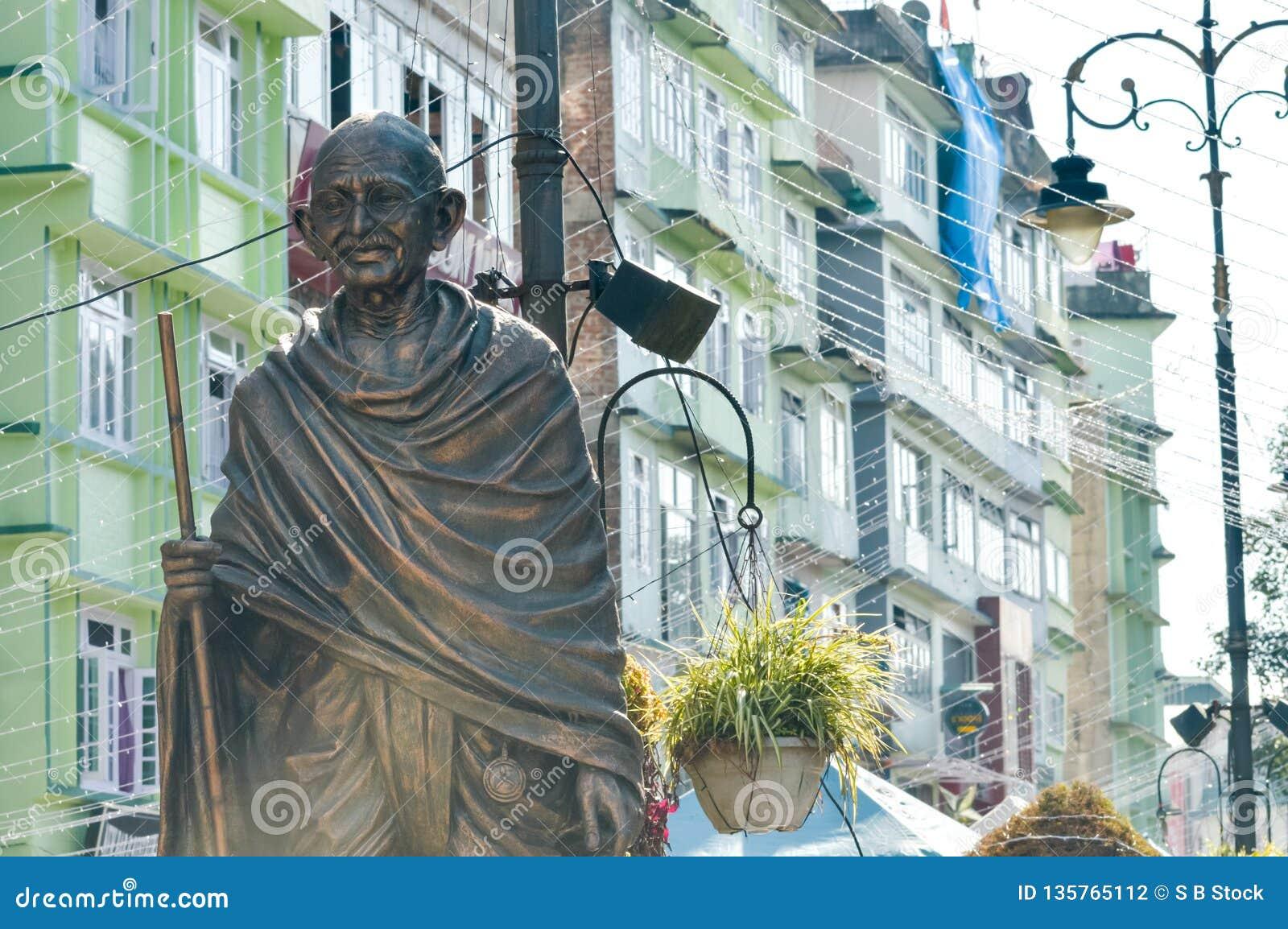 Statyn av Mahatma Gandhi i MG Marg nära galleriavägen, Gangtok, Sikkim, Indien en av mest besökte i staden