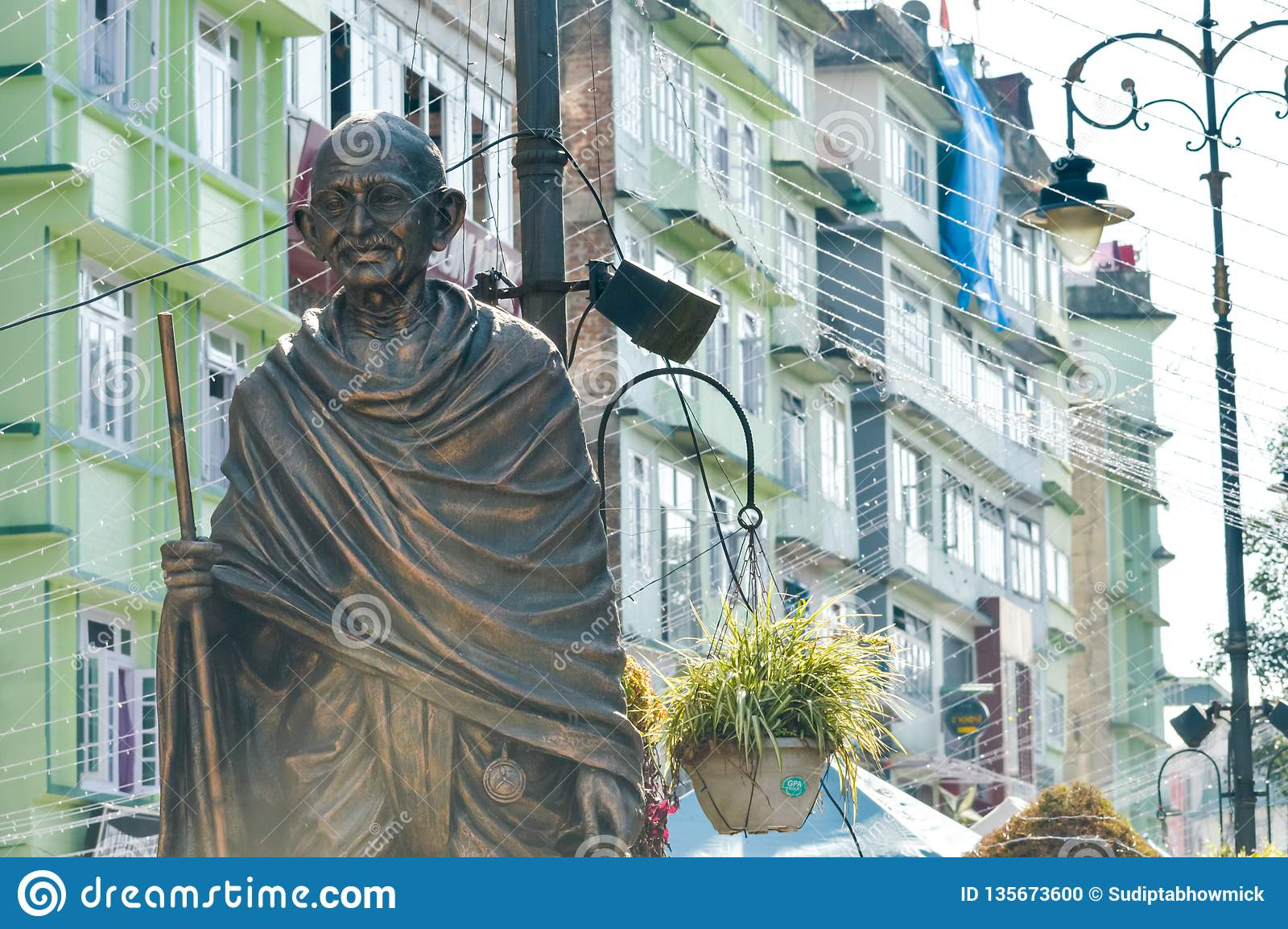 Statyn av Mahatma Gandhi i MG Marg nära galleriavägen, Gangtok, Sikkim, Indien en av mest besökte i staden för turist