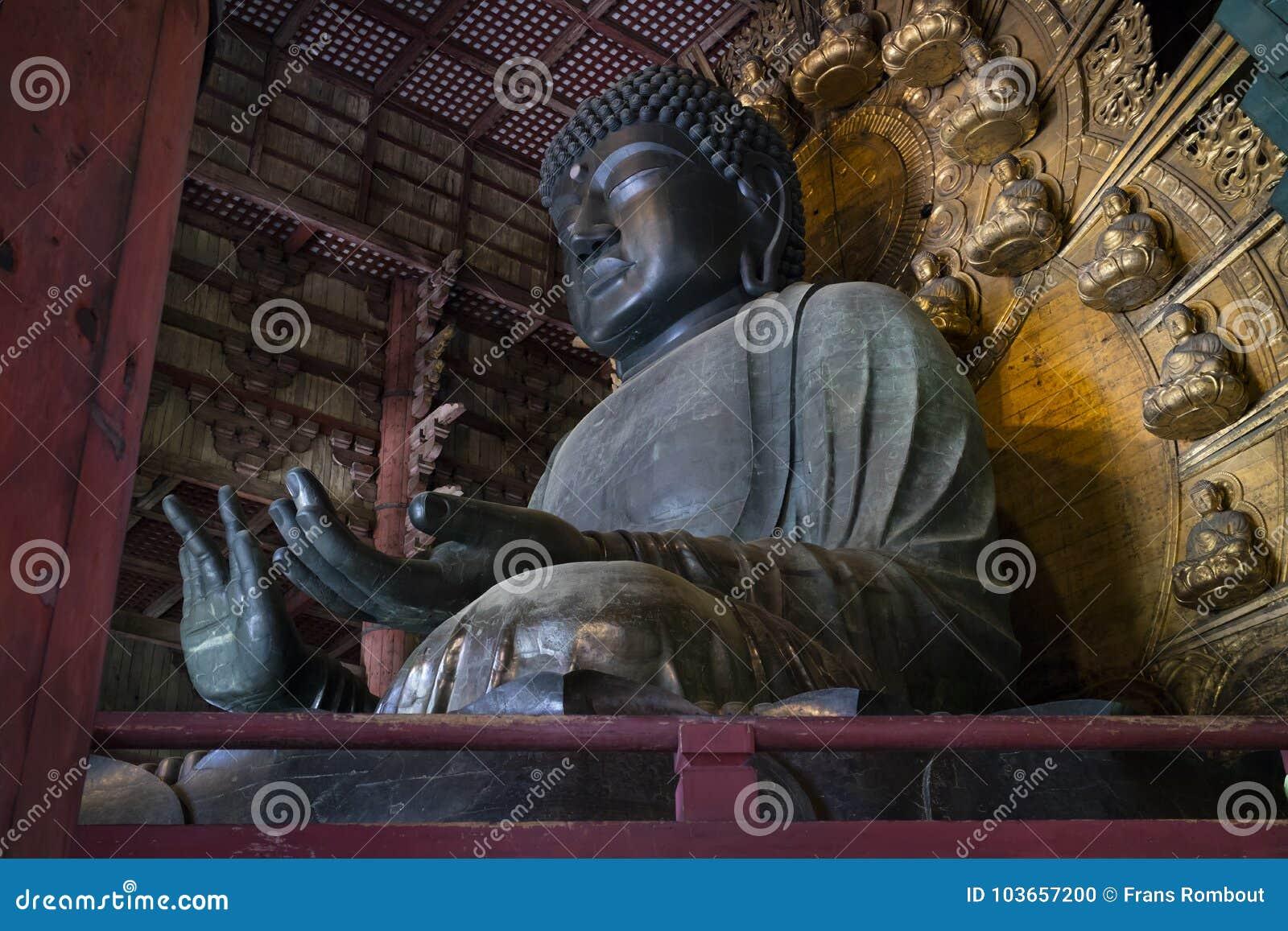 Statyn för brons för världs` s den största av Buddha i den stora Buddha Hal, Daibutsuden