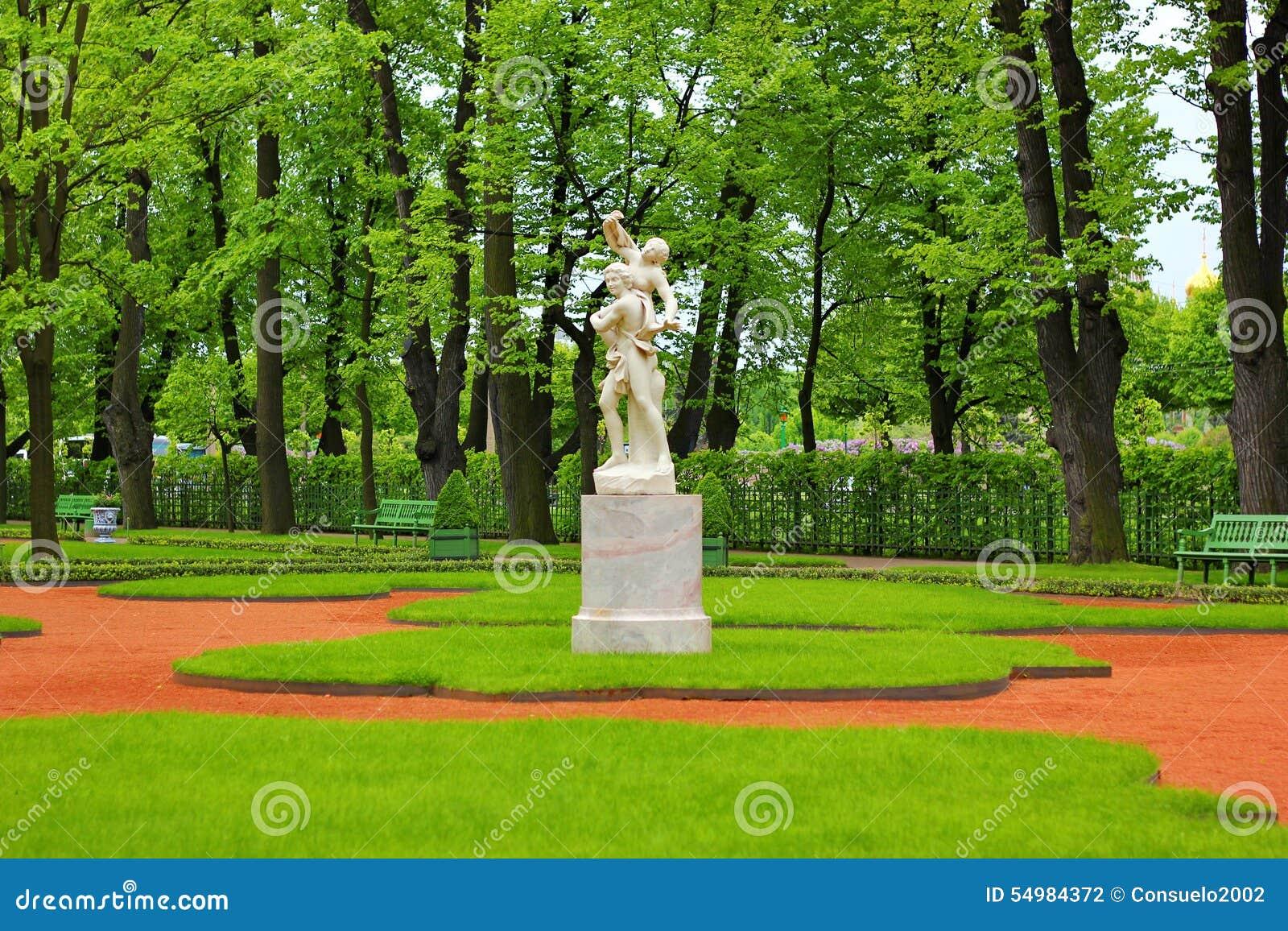 Statyn med sommarträdgården