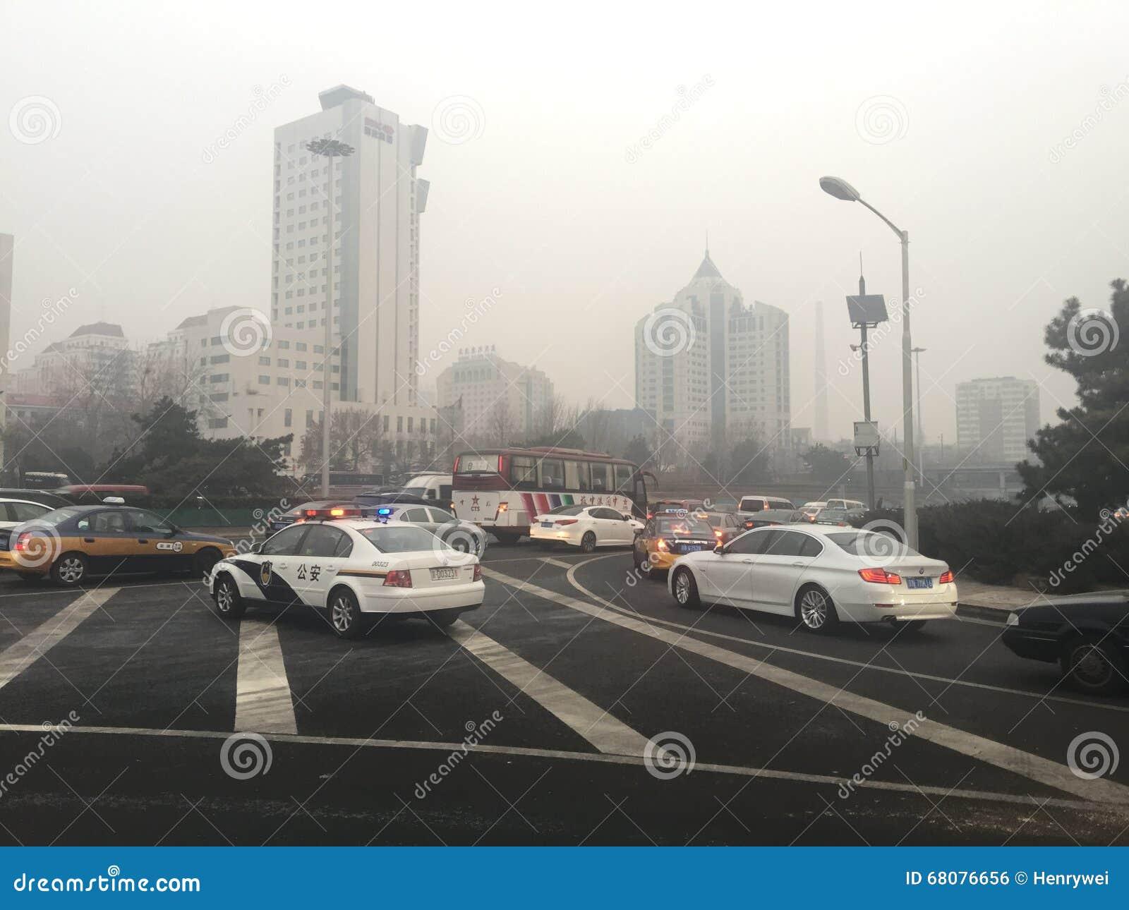 Stau und Dunst starken Verkehrs Pekings