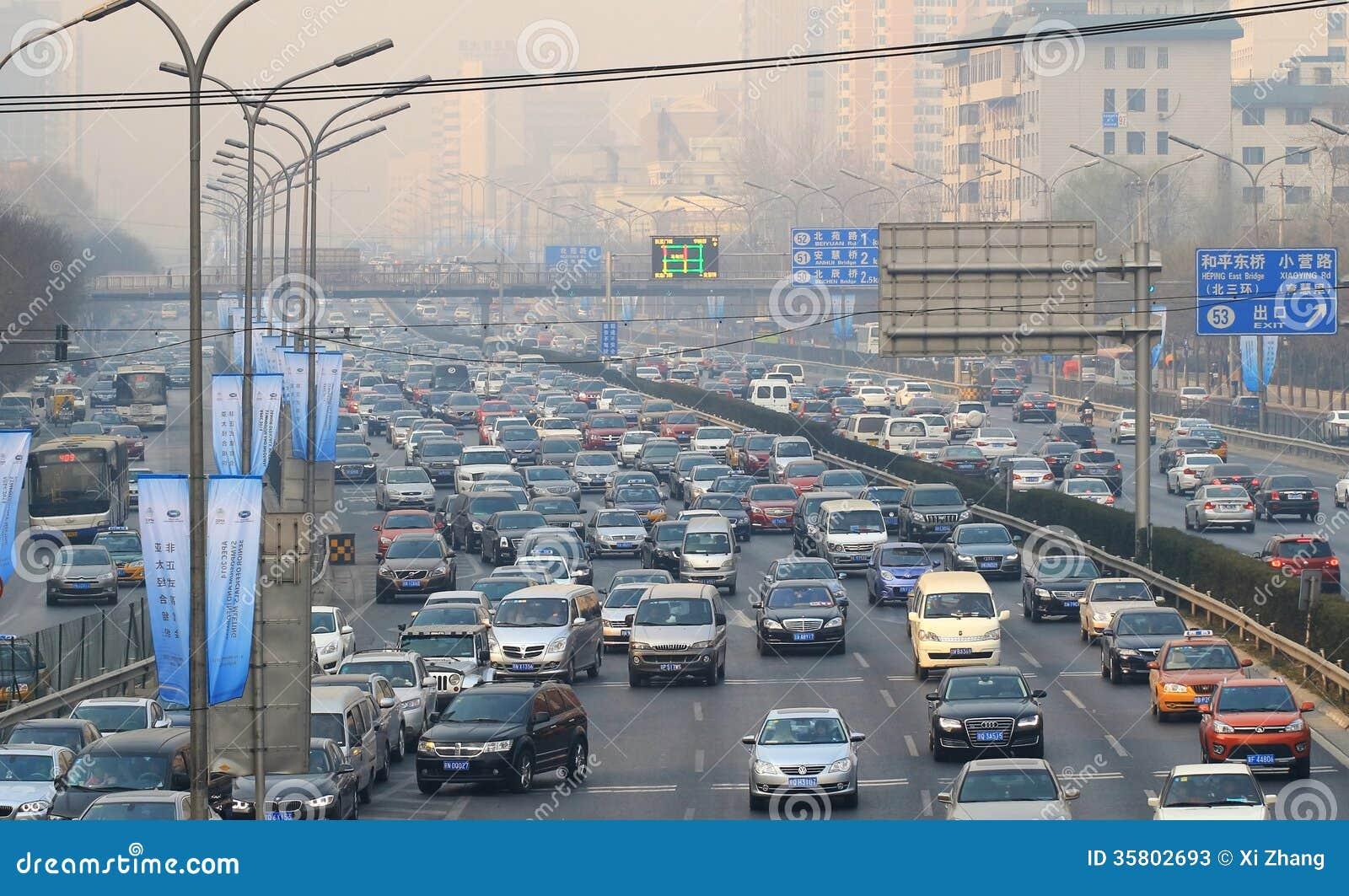Stau- und Luftverschmutzung starken Verkehrs Pekings