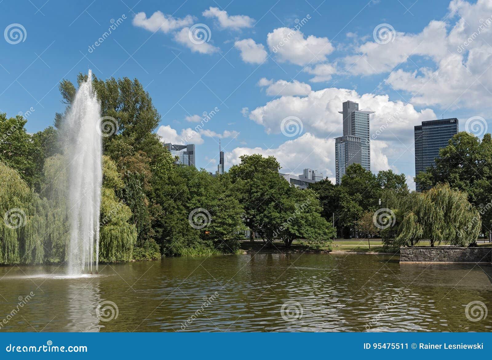Staw i fontanna w Friedrich Ebert Anlage w Frankfurt, Niemcy