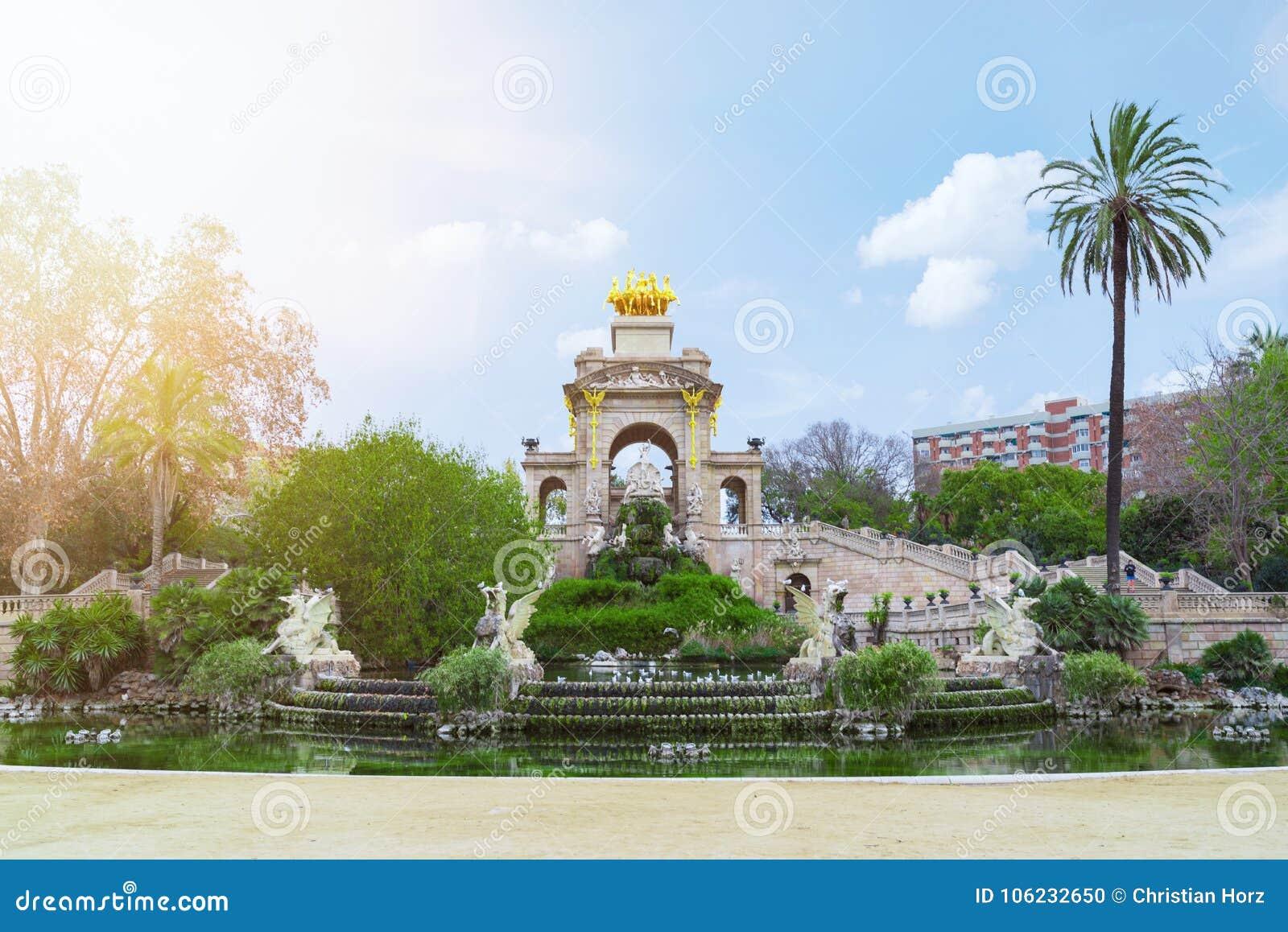 Staw i fontanna w Parc De Los angeles Ciutadella, Barcelona