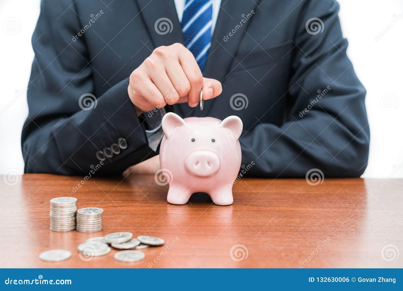 Stawiać monety w prosiątko banka pojęcie oszczędzania