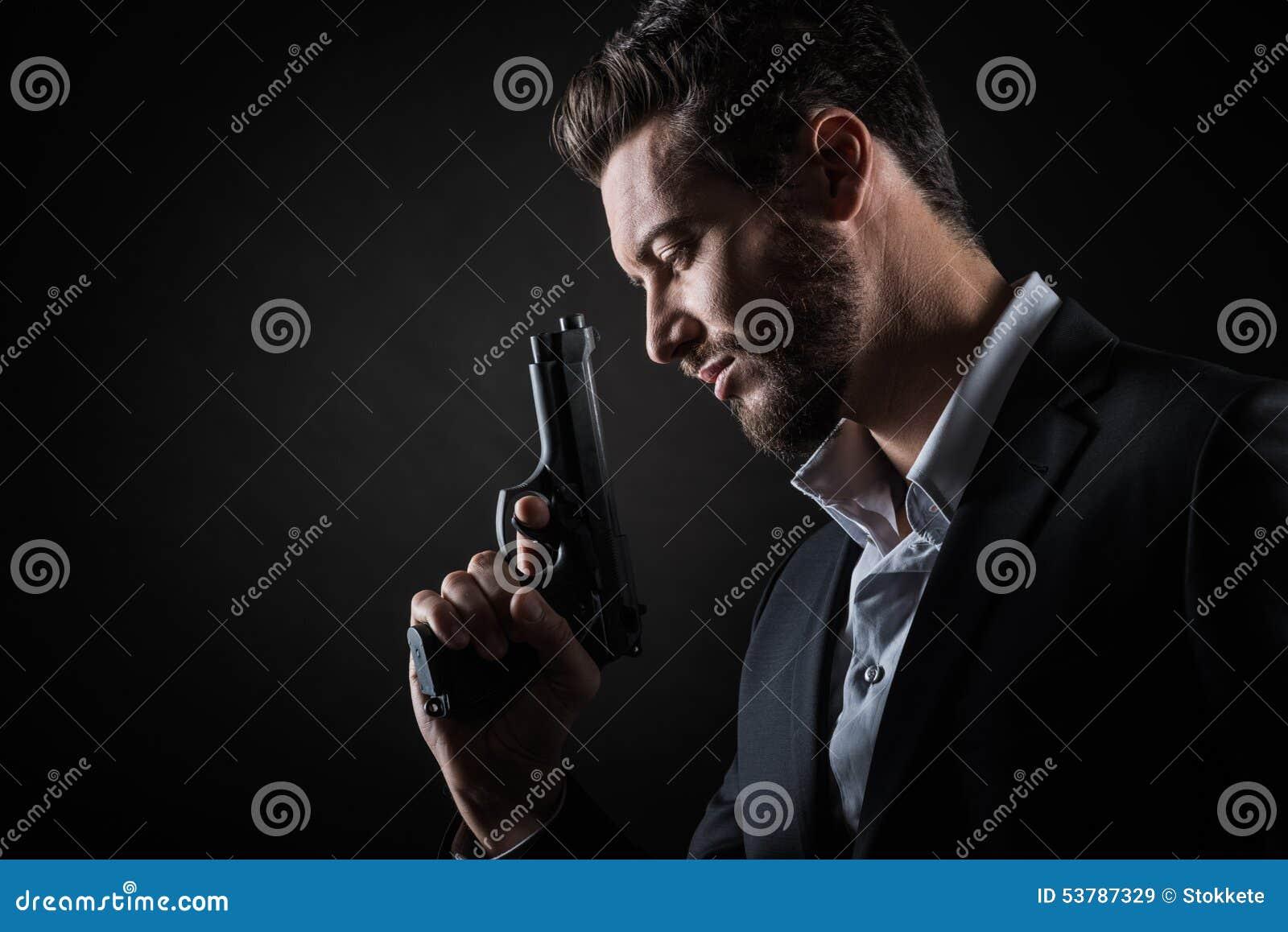 Stawia czoło mężczyzna z pistolecikiem