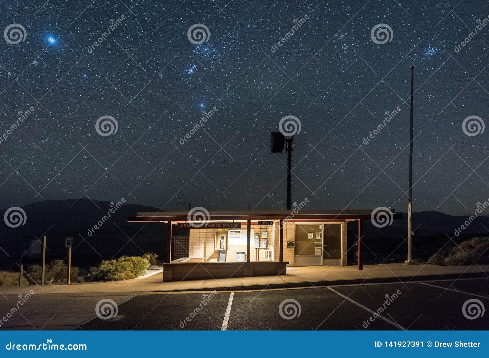 Stazione del guardia forestale della vigna a Death Valley alla notte con i chiari cieli