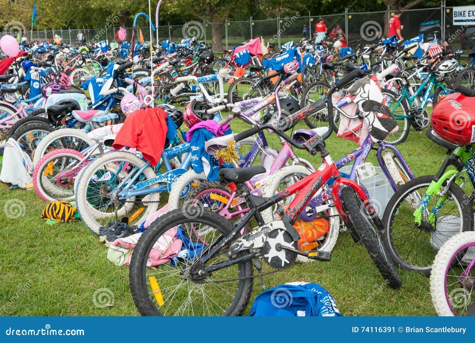 Stazione della bici del triathlon dei bambini