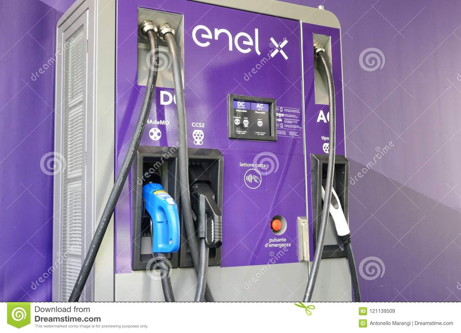 Stazione di carico pubblica dell Enel X multi con differenti incavi e poteri