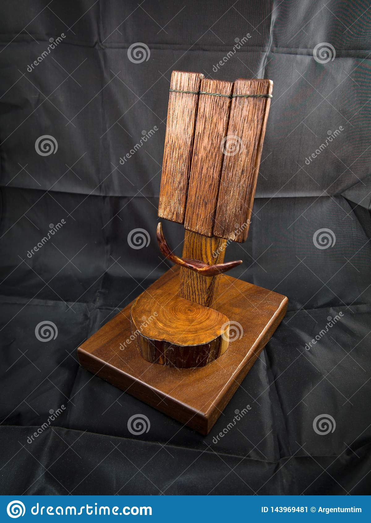Stazione di legno del bacino o un supporto per il telefono cellulare cellulare