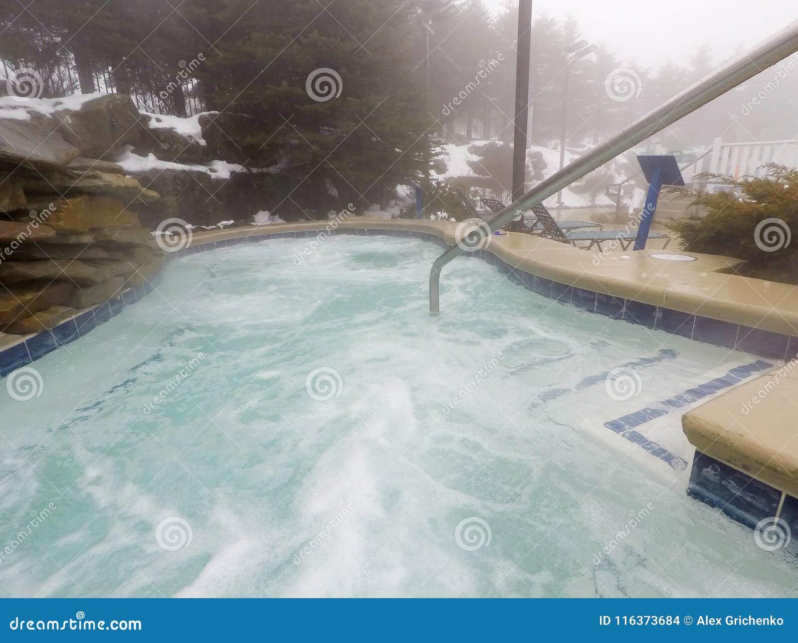 Stazione termale all 39 aperto e stagno della vasca calda for Vasca per stagno