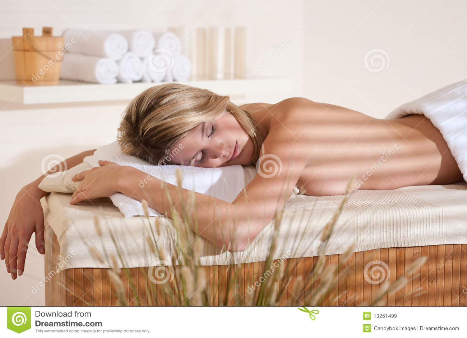 Stazione termale - giovane donna alla distensione di massaggio di wellness