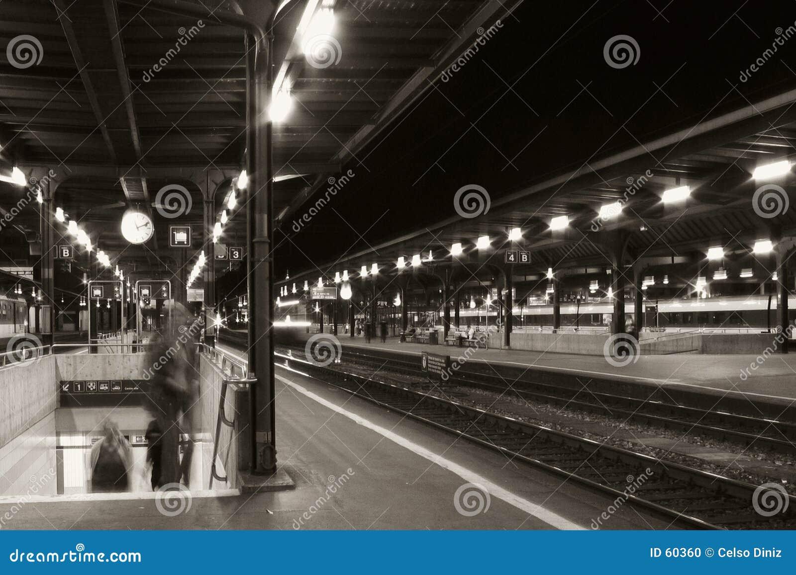 Stazione ferroviaria alla notte