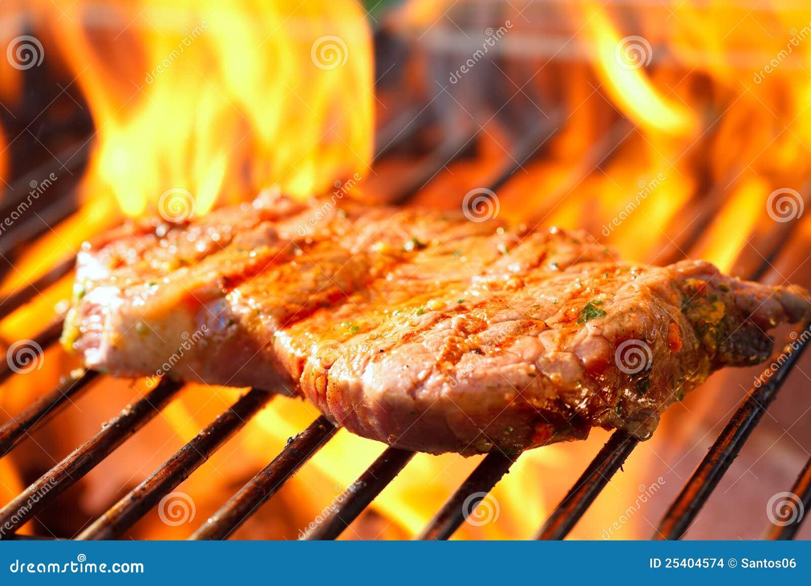 steak auf grill mit flammen stockbilder bild 25404574. Black Bedroom Furniture Sets. Home Design Ideas