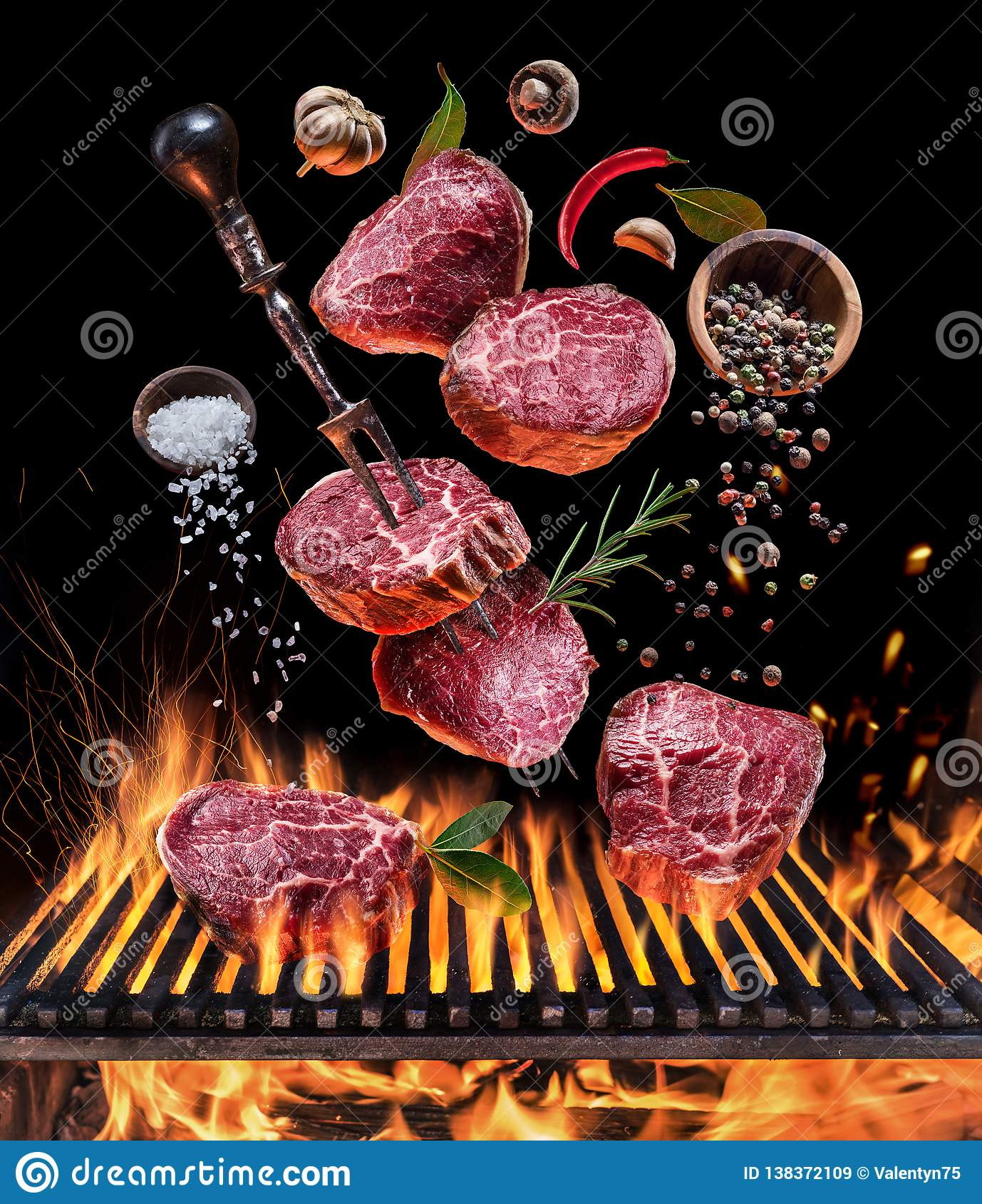 Steakkochen Ein Paar, welches die Leuchte, Leistung oder Eroberung darstellend anhält Steak mit Gewürzen und Tischbesteck unter b