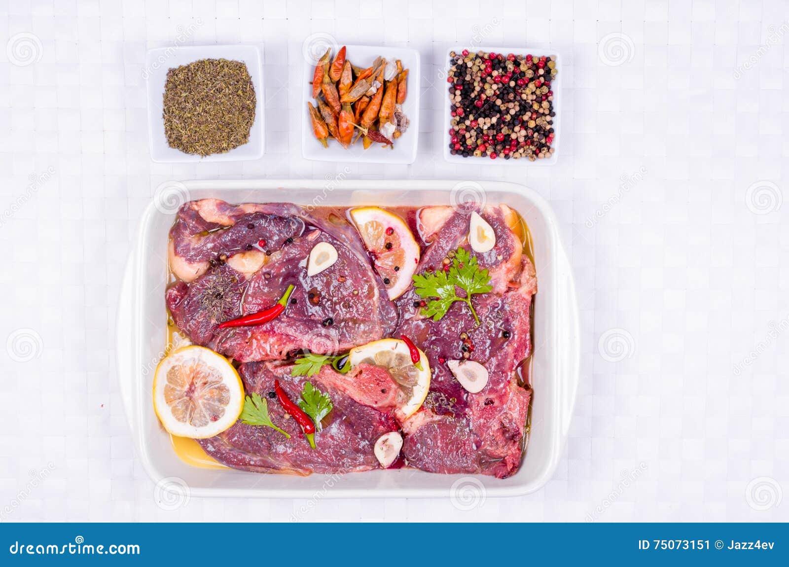 Steaks des roten Fleisches, mariniert mit Emulsion des Zitronensaftes und