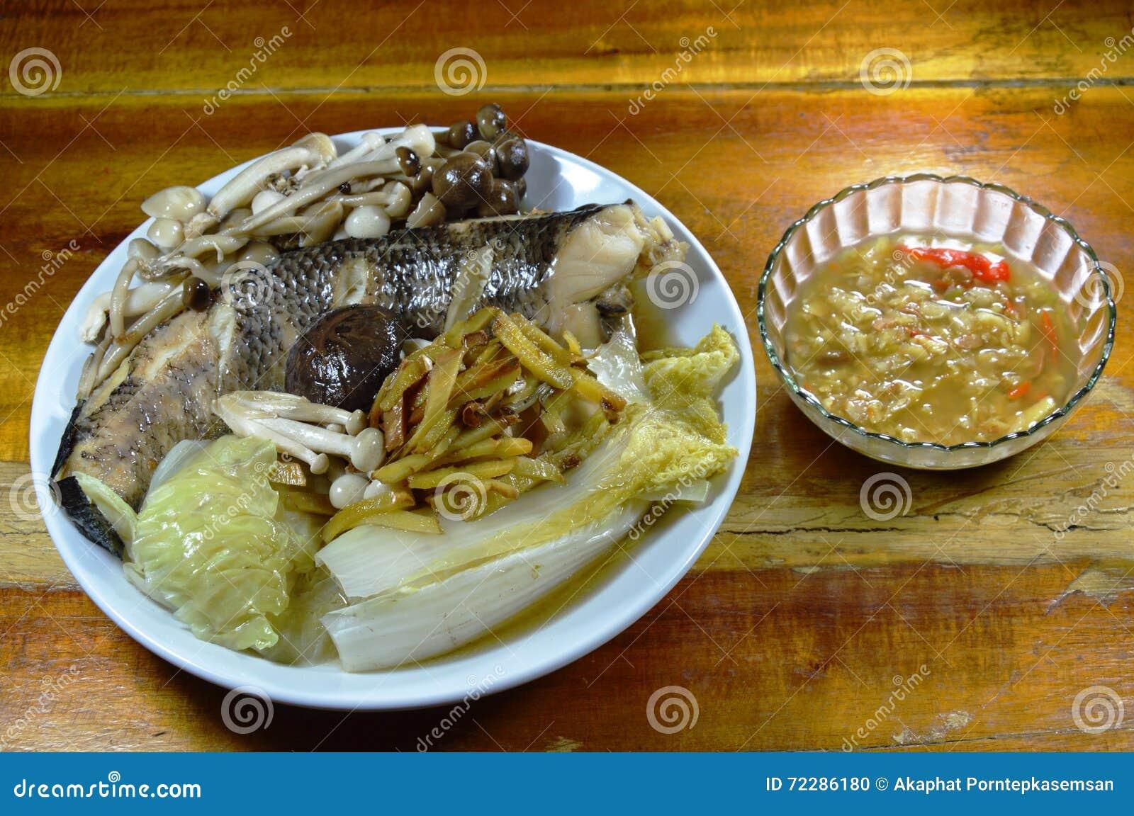Download Steamed Striped рыбы змейки головные при гриб и имбирь куска окуная пряный соус фасоли сои Стоковое Фото - изображение насчитывающей испарено, тарелка: 72286180