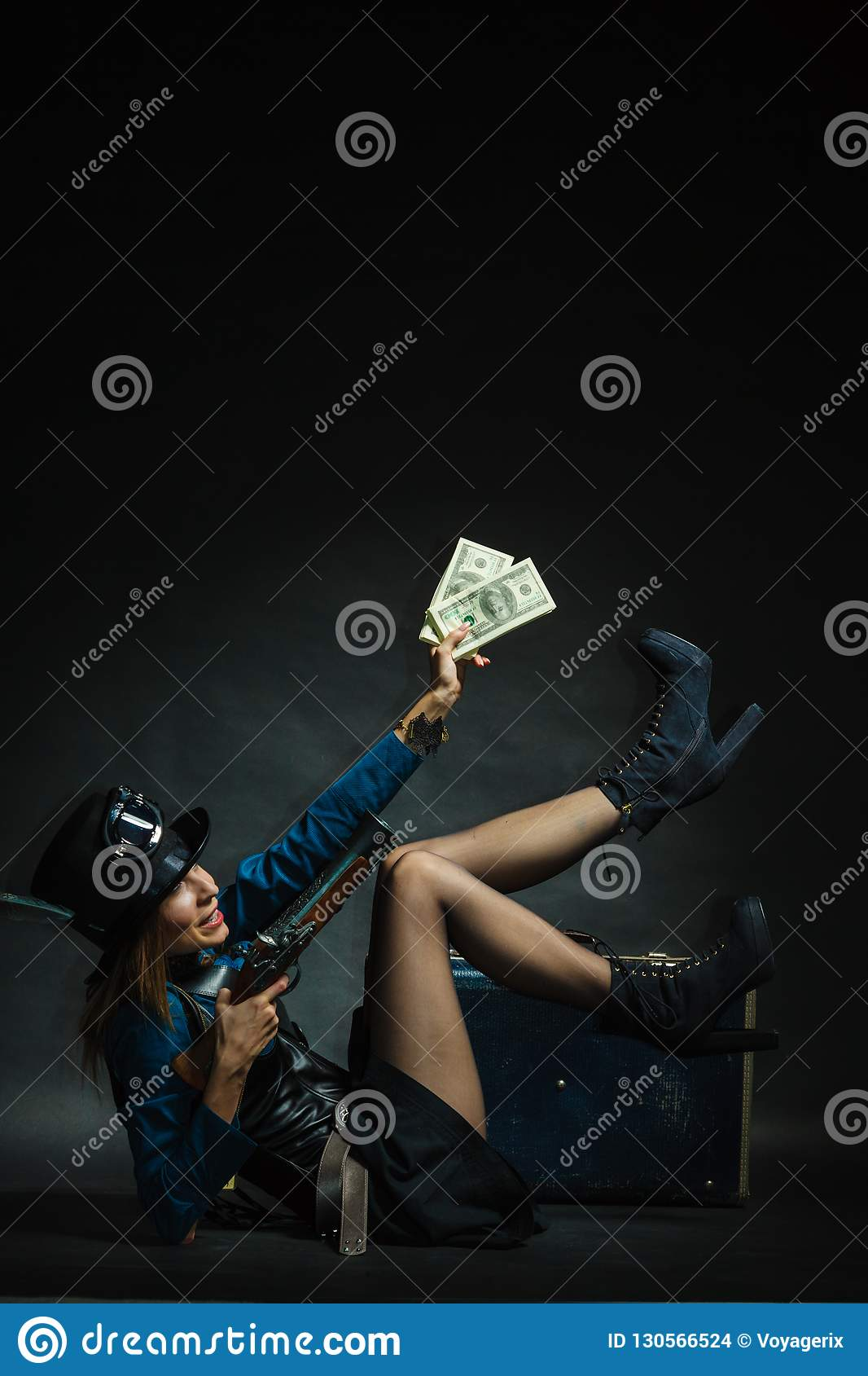 Steampunk-Mädchen mit Bargeld