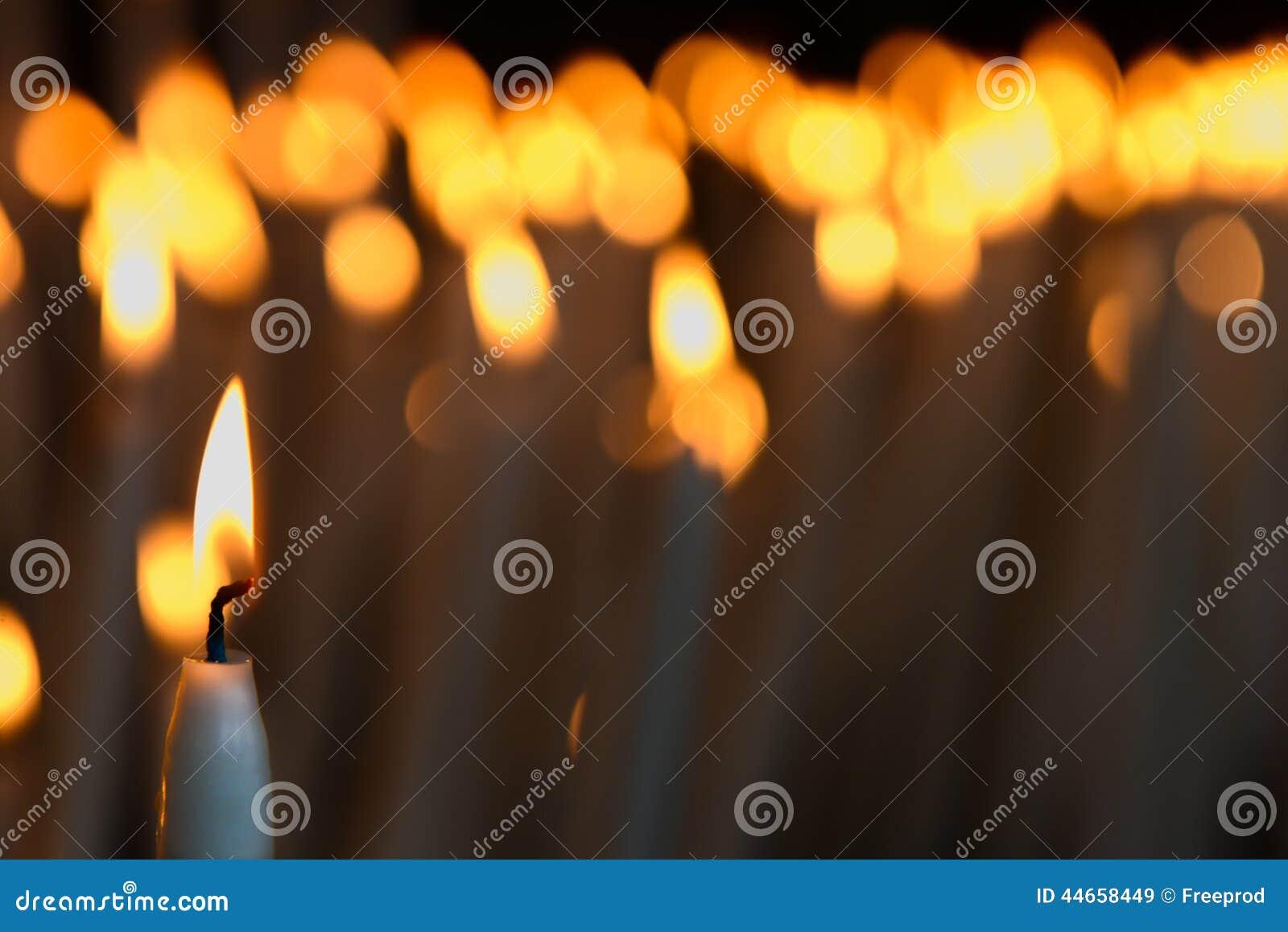 Stearinljus i en kyrka i Lourdes