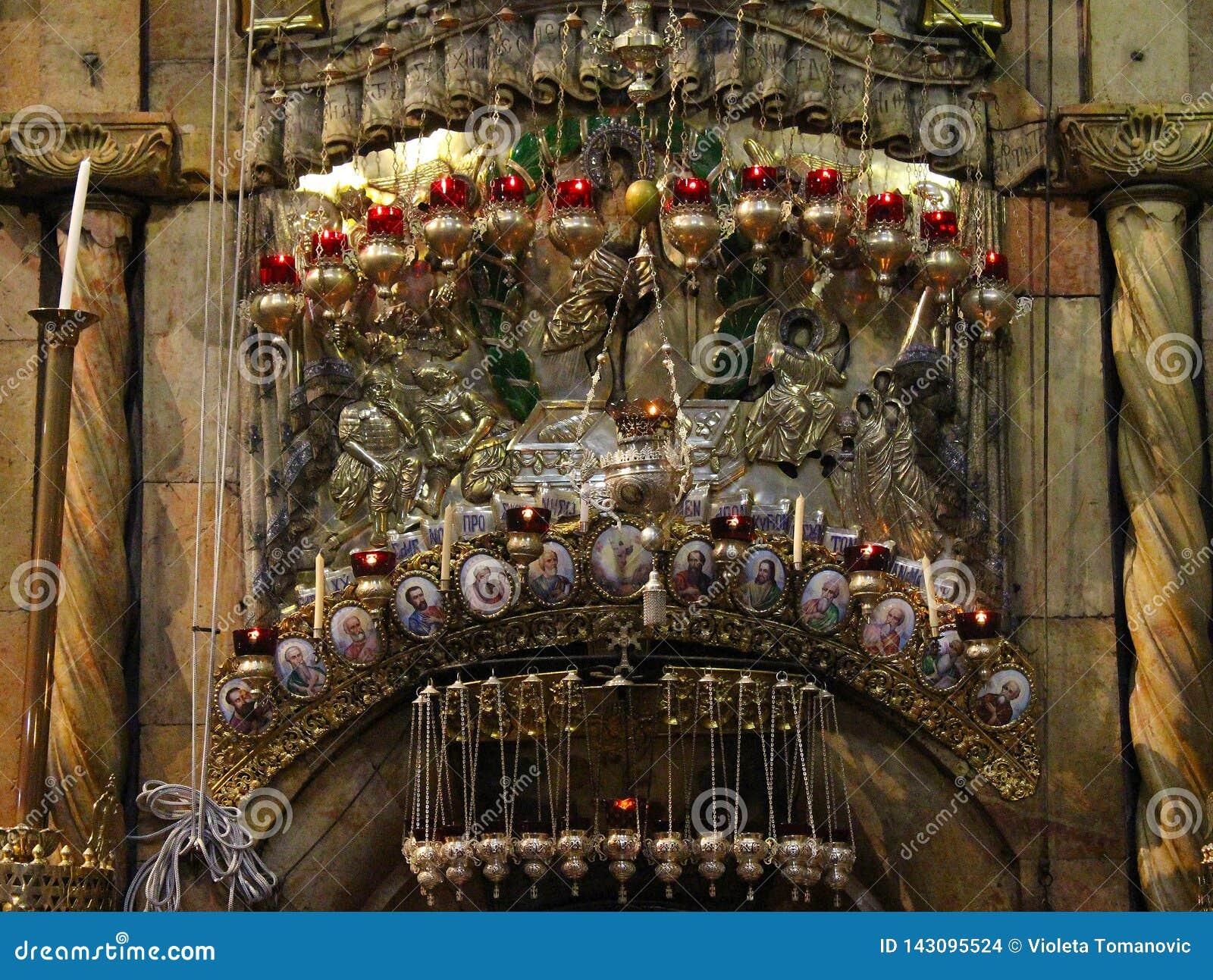 Stearinljus ovanför ingången i Edicule i kyrkan av den heliga griften, Kristus gravvalv, i den gamla staden av Jerusalem, Israel