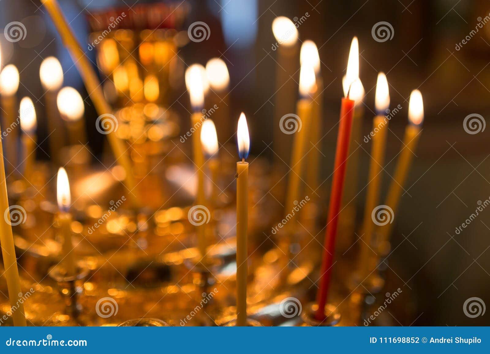 Stearinljus som bränner i ortodox kyrka