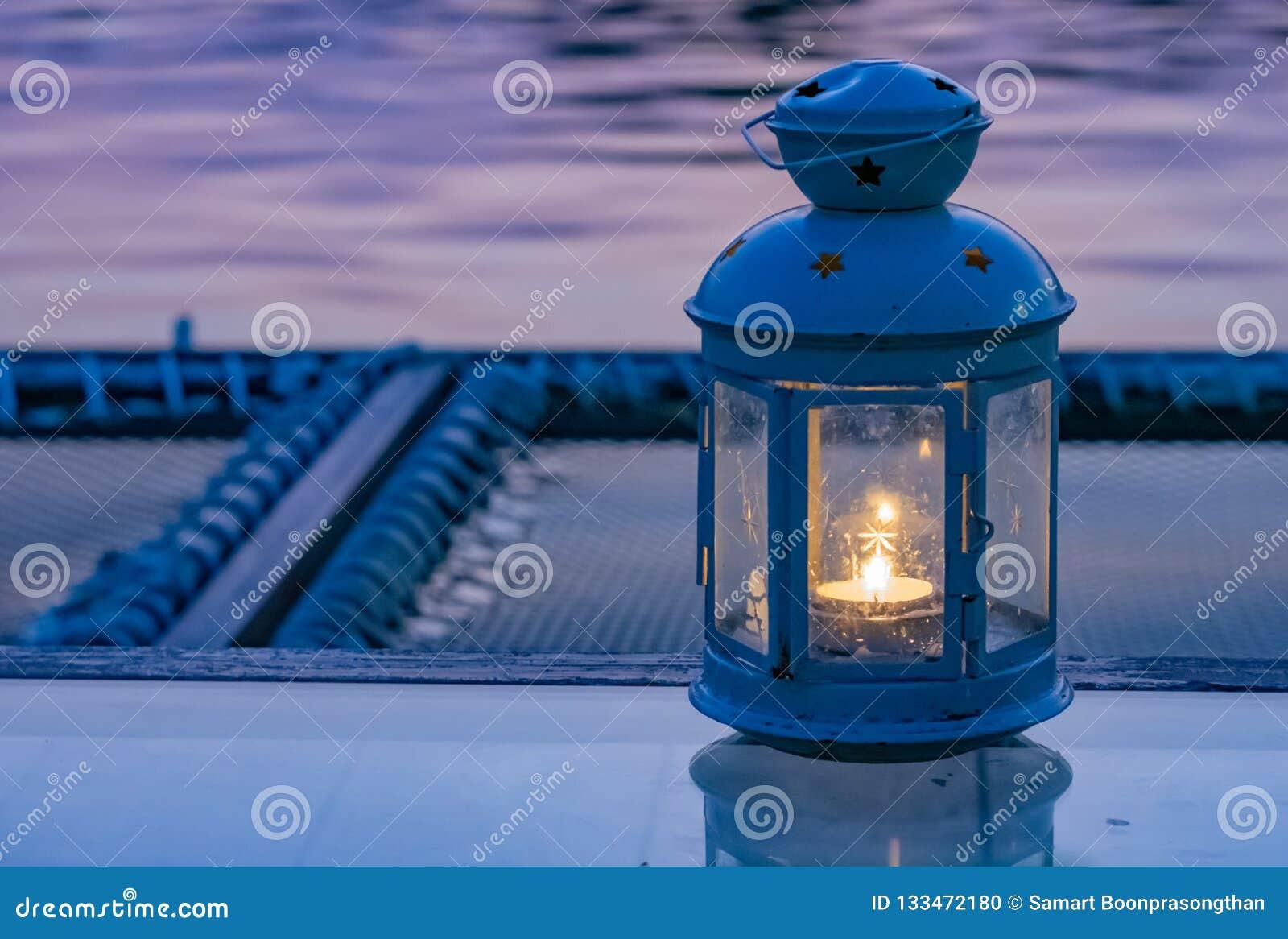 Stearinljusbränder innehålls i lamporna som förläggas på tabellen