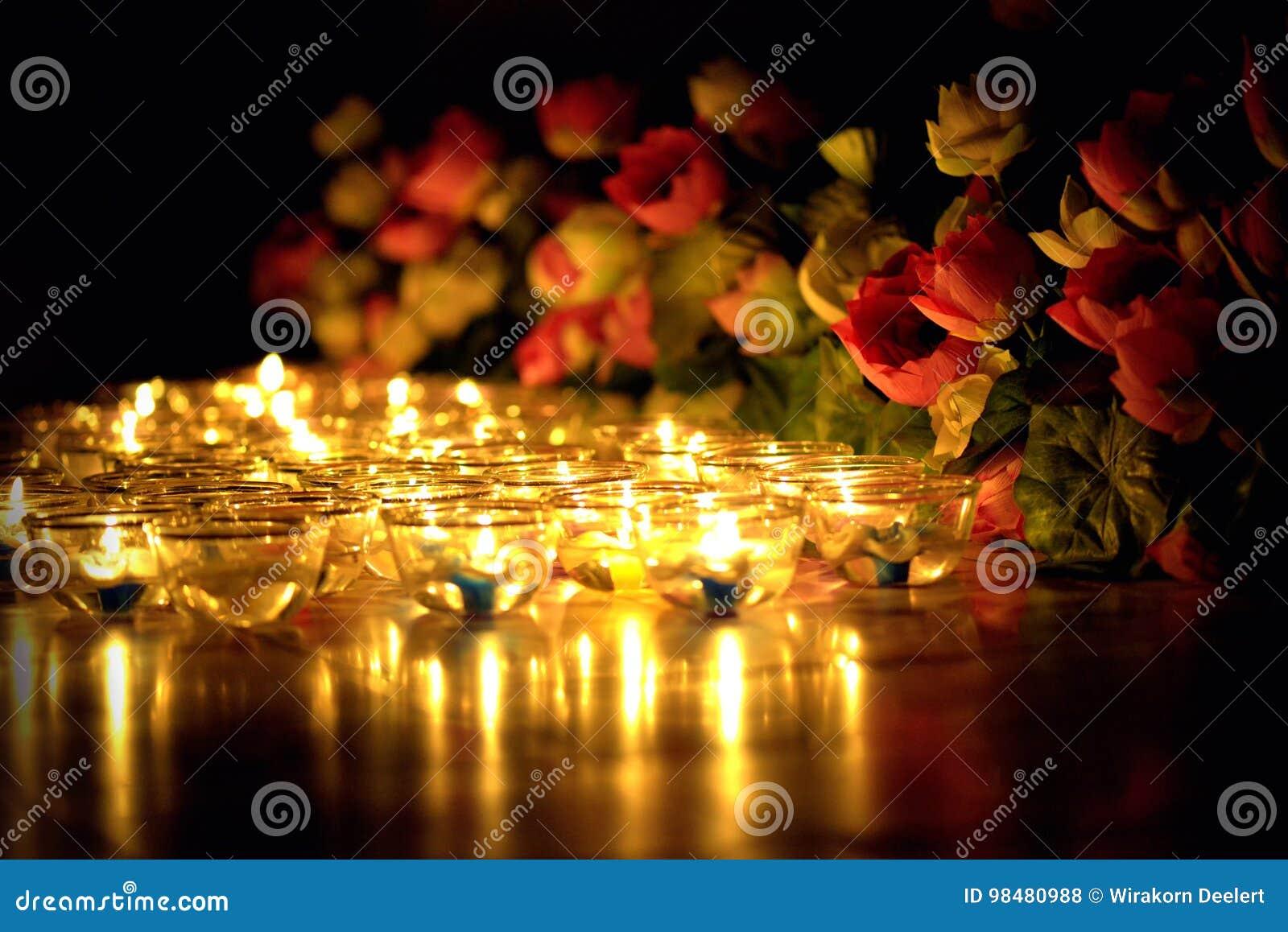 Stearinljuset tände thai kultur i den Asalha Puja dagen, den Magha Puja dagen, Visakha Puja Day