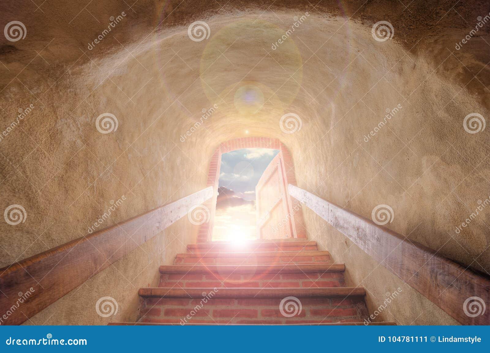 Stears in mot öppen dörr och solen