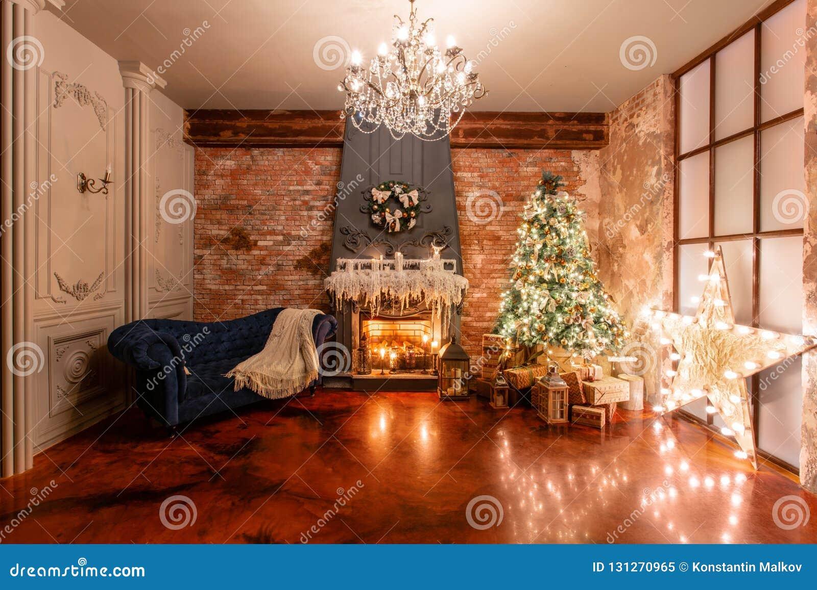 Stechpalmebeeren, Blätter, Mistel und schneebedeckter Baum auf Weiß Weihnachten im Dachbodeninnenraum gegen Backsteinmauer Gesche