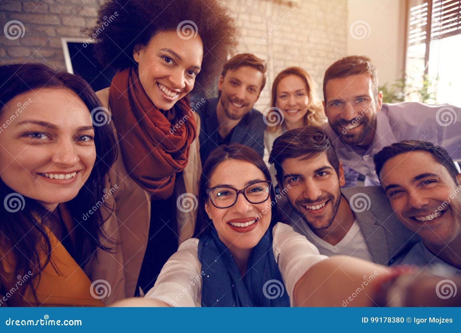 Stedelijk commercieel team samen in bureau