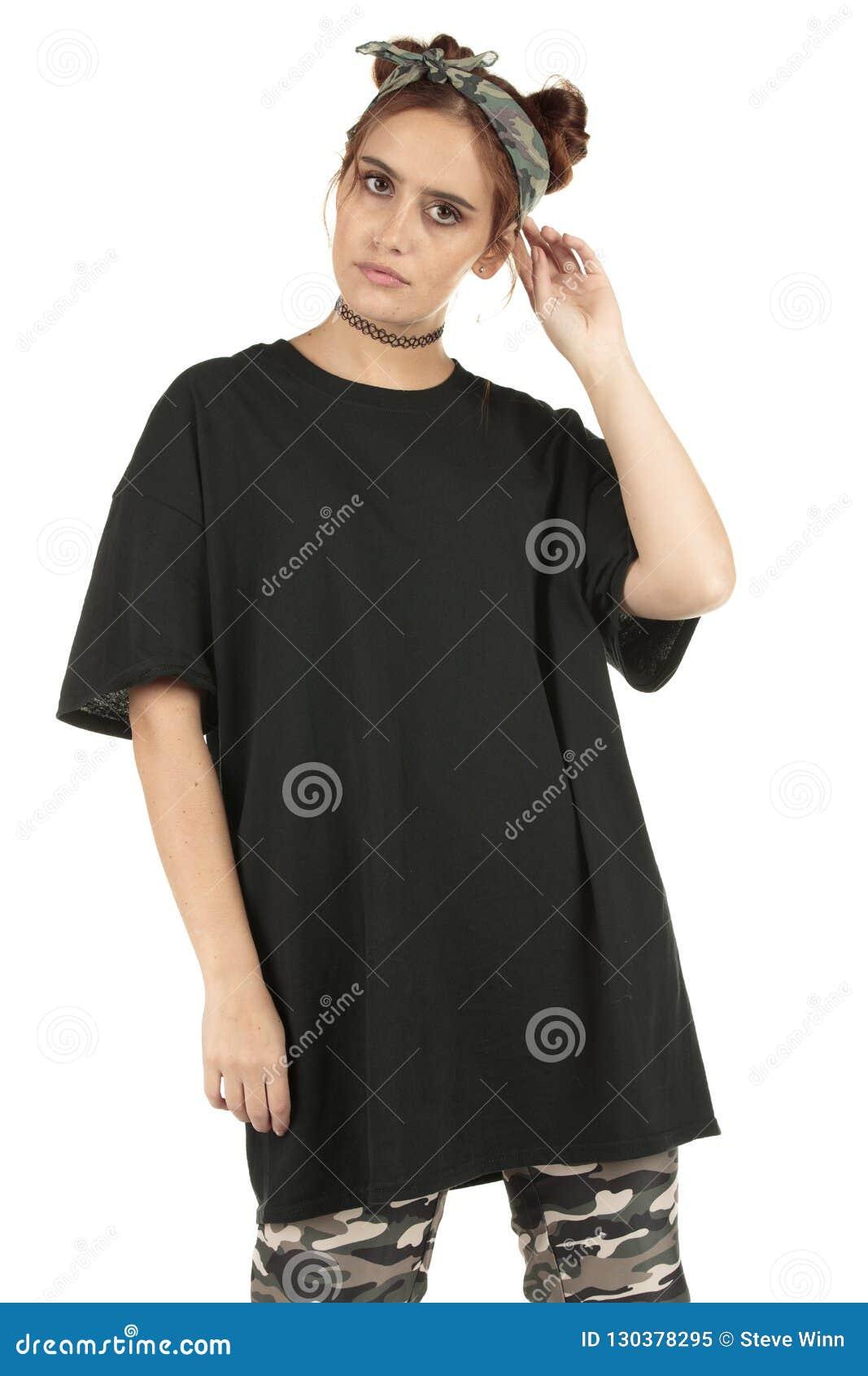 Stedelijk de slijtagemodel van de vrouwenstraat in camolading en een overmaatse zwarte t-shirt met exemplaar-ruimte