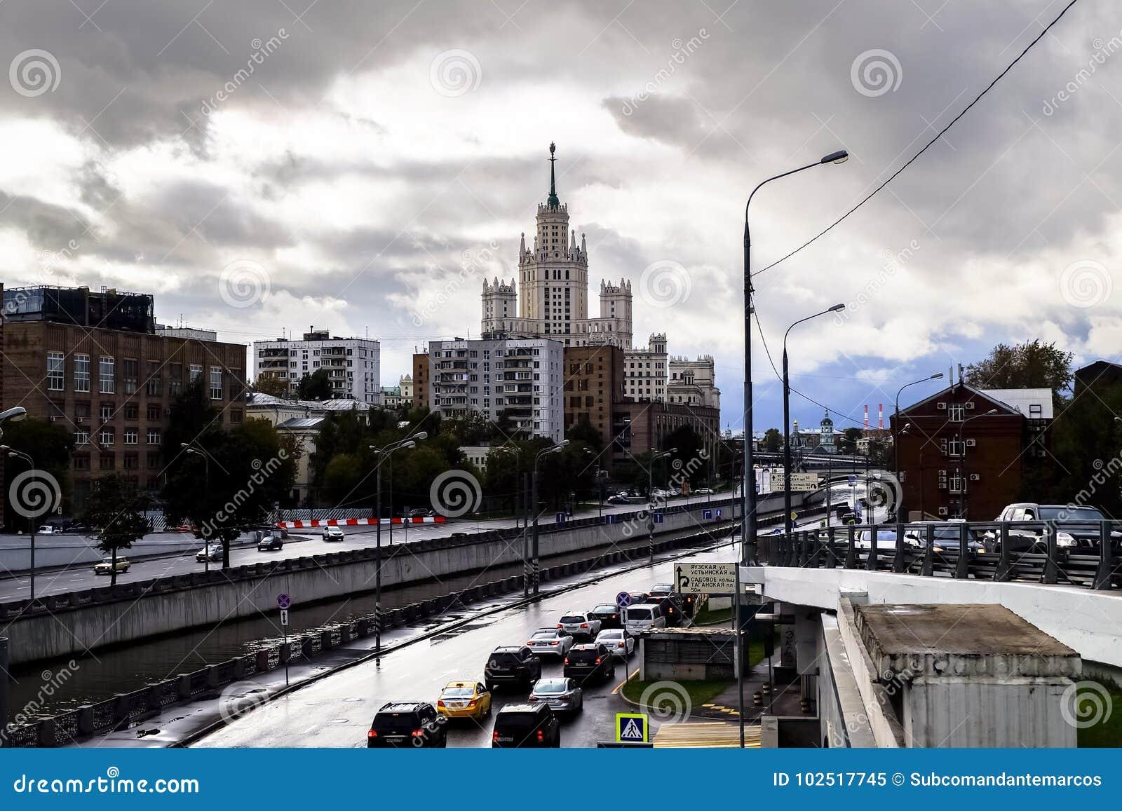 Stedelijk Landschap Mening van de rivier Yauza en zijn dijken op regenachtige dag, Moskou, Rusland