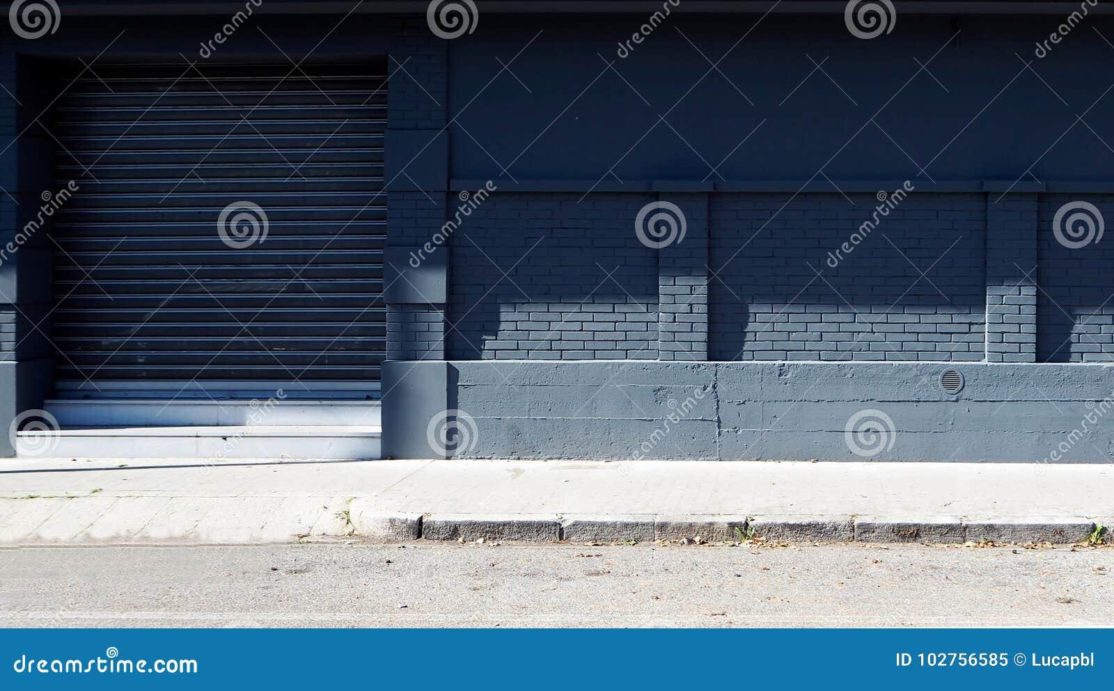 Stedelijke Achtergrond Grijze baksteen en concrete muur met een blind aan de kanten van de straat