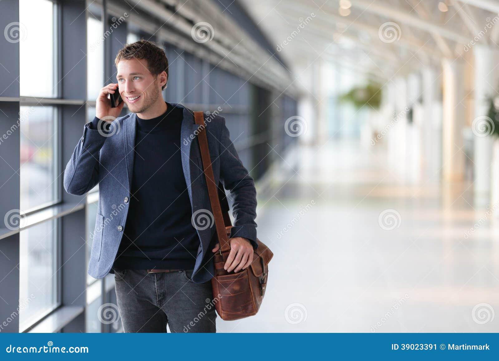 Stedelijke bedrijfsmens die op slimme telefoon spreken