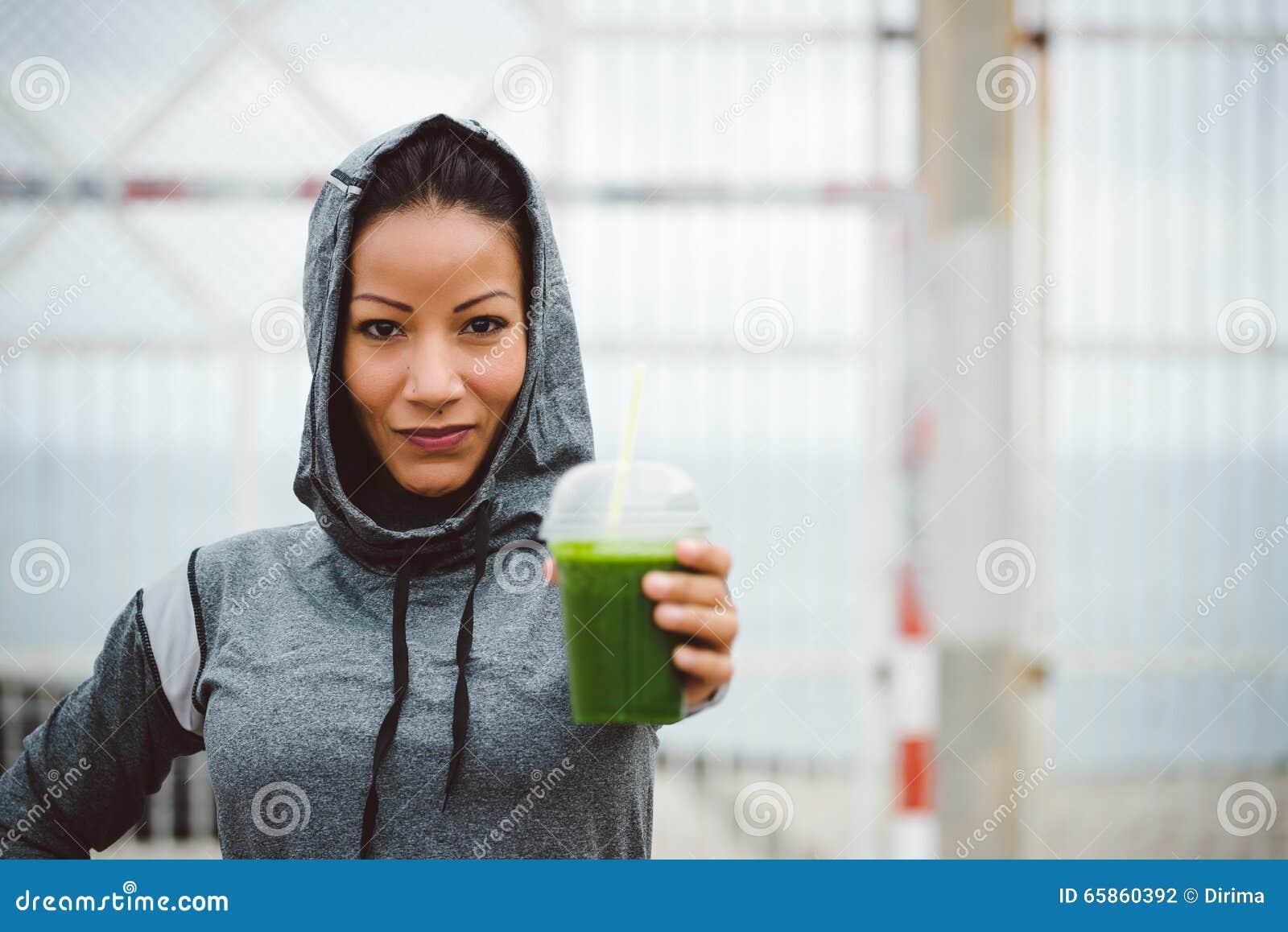 Stedelijke de holdings detox smoothie drank van de geschiktheidsvrouw op trainingrust