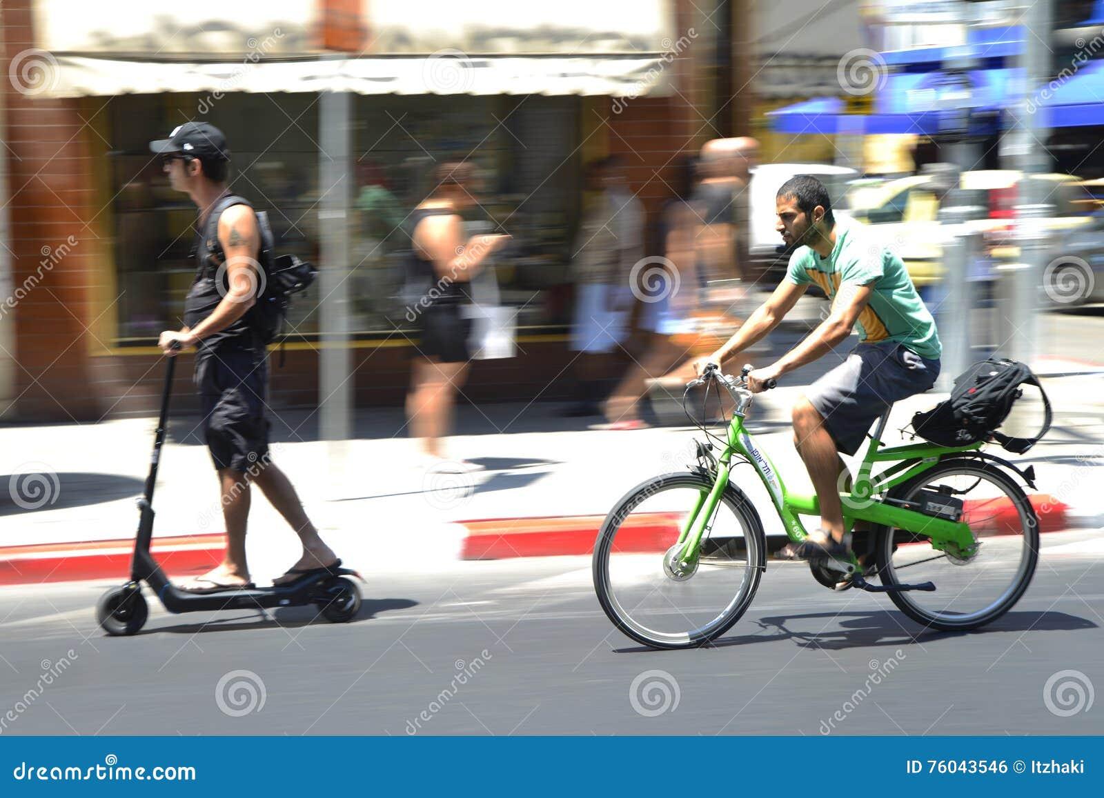 Stedelijke fietser en Schopautoped in Tel Aviv, Israël